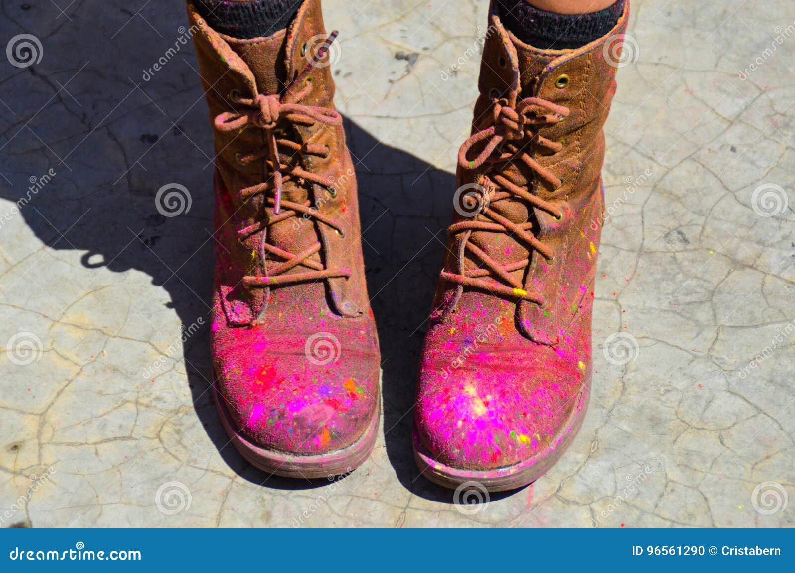 cfbb661f468 That& x27 s πώς τα παπούτσια μοιάζουν με μετά από το φεστιβάλ holi στο  pokhara του Νεπάλ