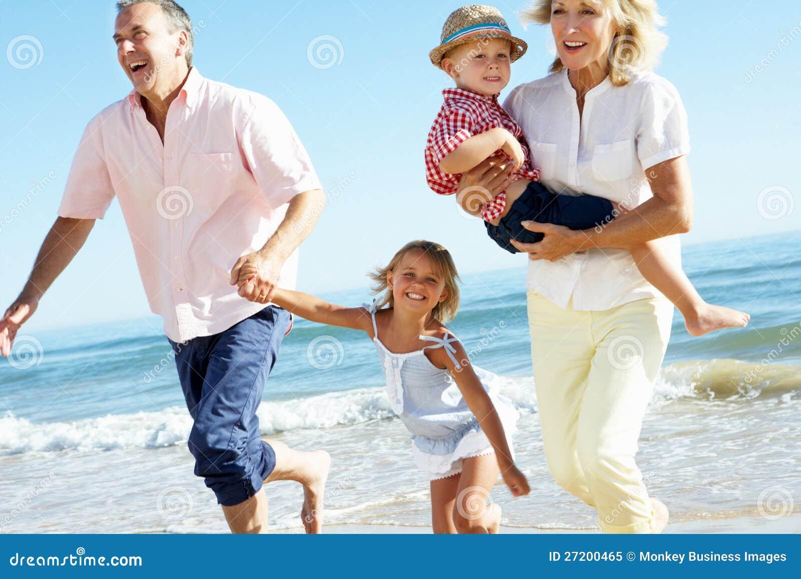 Παππούδες και γιαγιάδες και εγγόνια στην παραλία