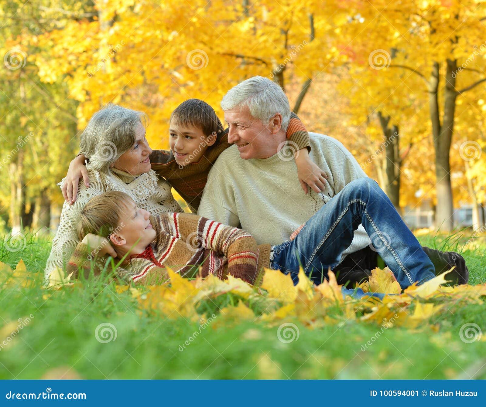 ce578424bb8 Παππούδες και γιαγιάδες με τα παιδιά στο πάρκο Στοκ Εικόνα - εικόνα ...