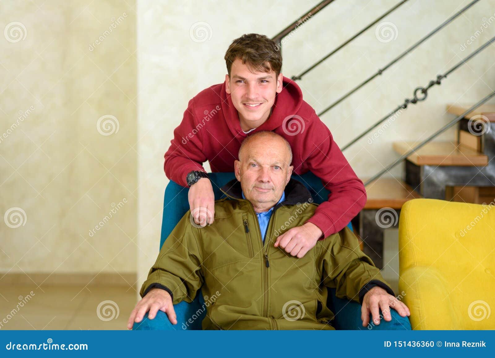Παππούς και ο χρόνος εξόδων εγγονών του από κοινού