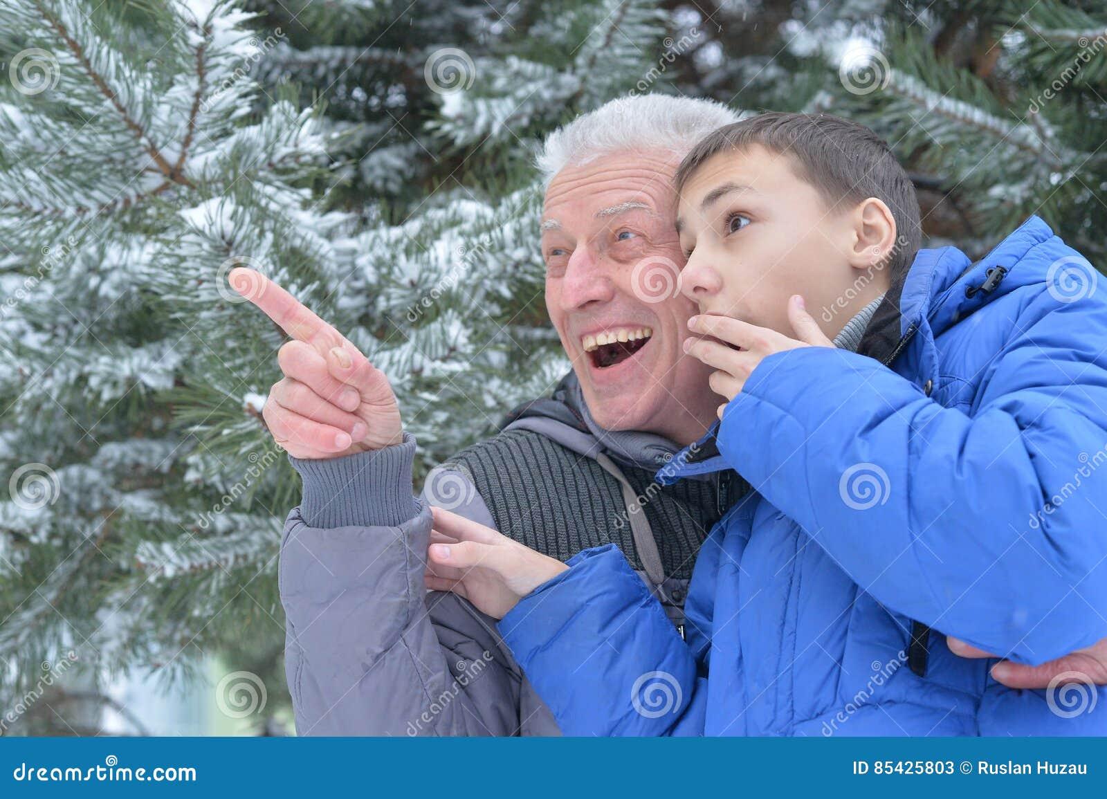 Παππούς με τον εγγονό από κοινού