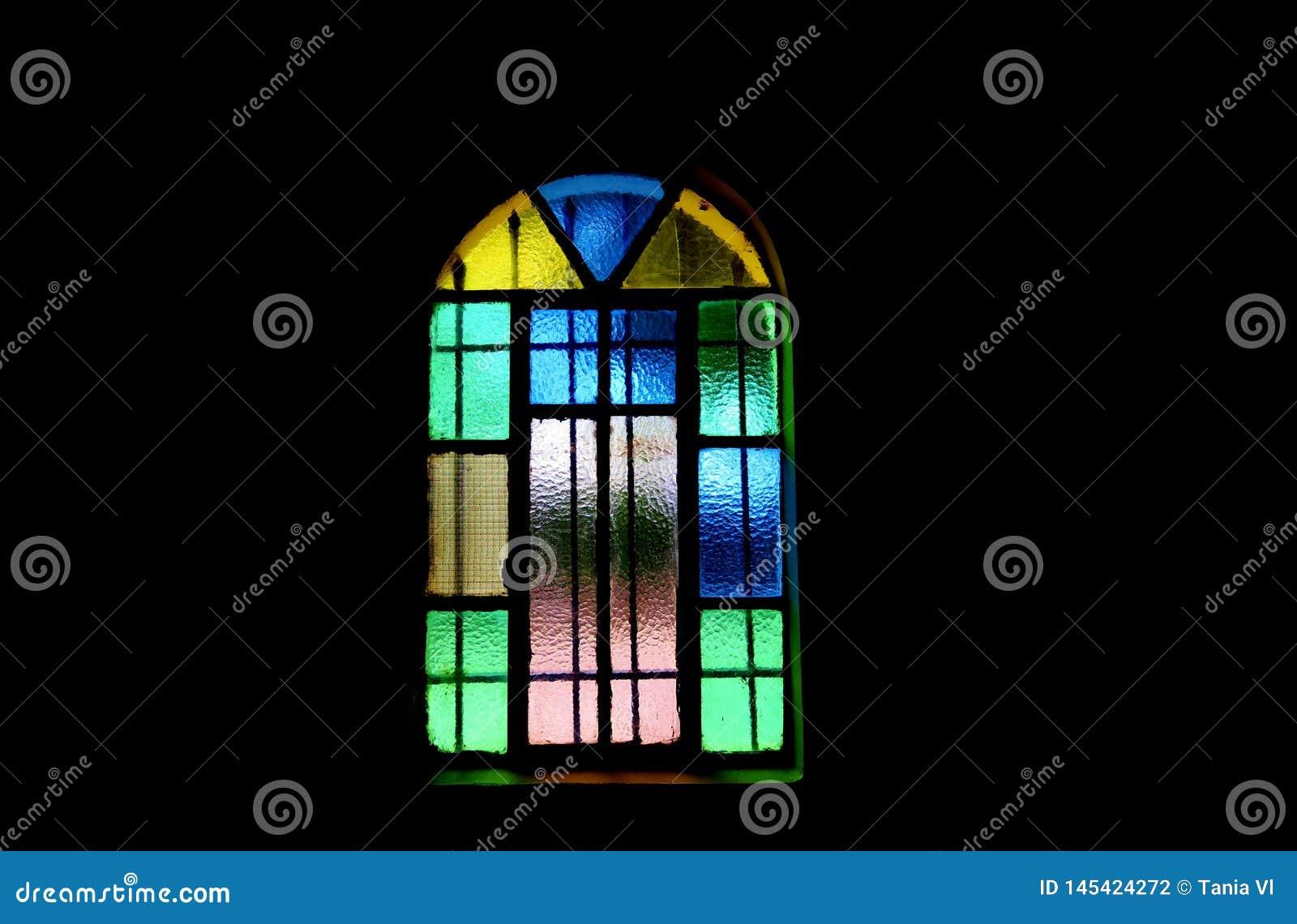 Παράθυρο των διαφορετικών χρωμάτων σκοτεινό στενό στον επάνω