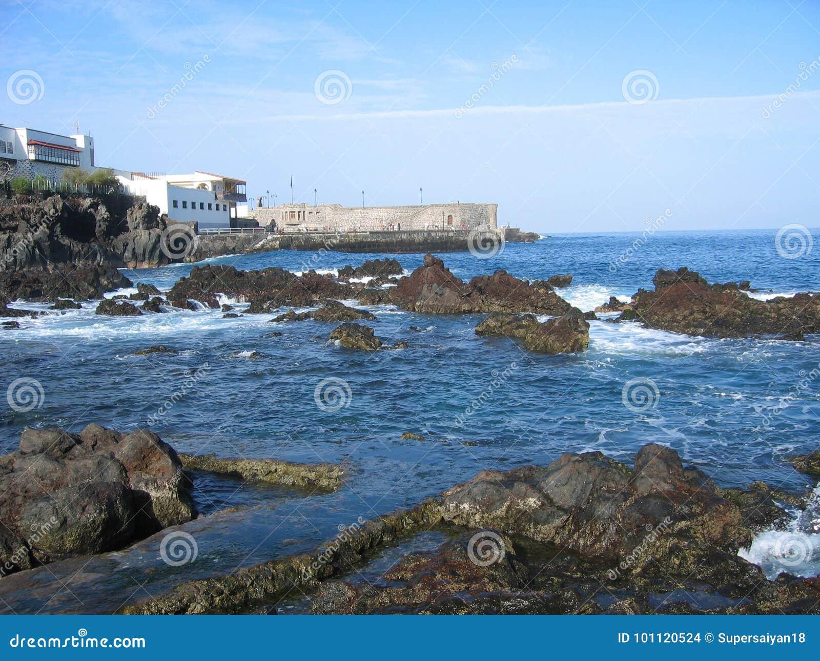 Παράκτιος σκόπελος βράχου στην Ισπανία