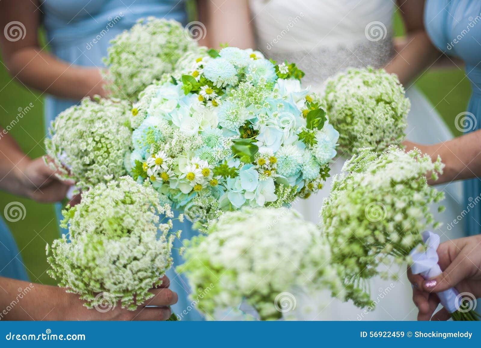 Παράνυμφοι που κρατούν τα λουλούδια