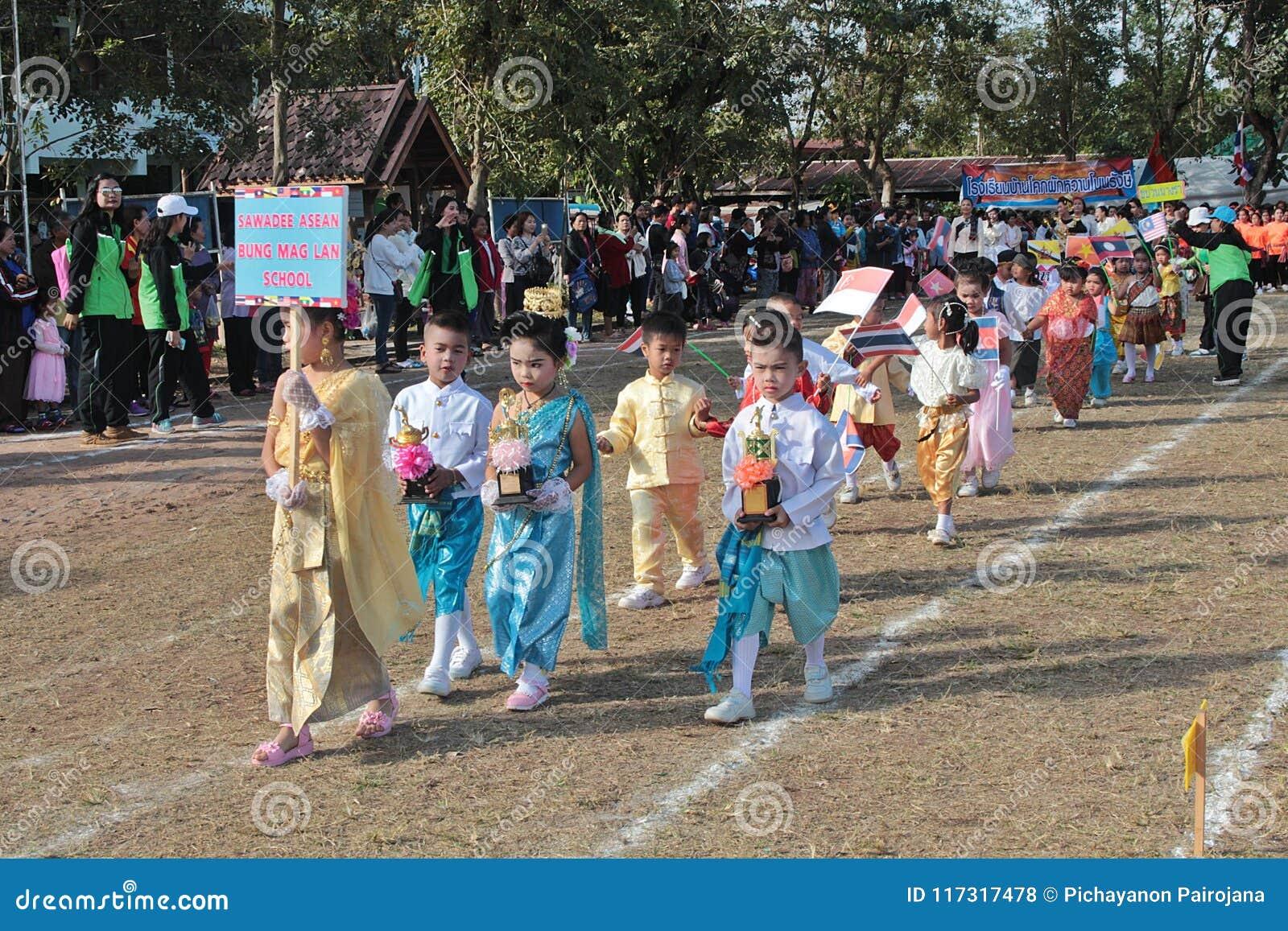 Παρέλαση στην αθλητική ημέρα των αρχικών σπουδαστών