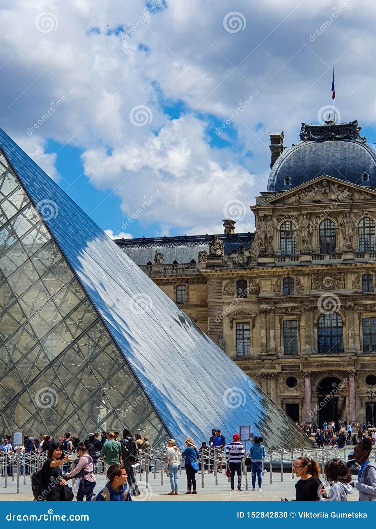 Παρίσι, Γαλλία, τον Ιούνιο του 2019: Μουσείο του Λούβρου και η πυραμίδα του