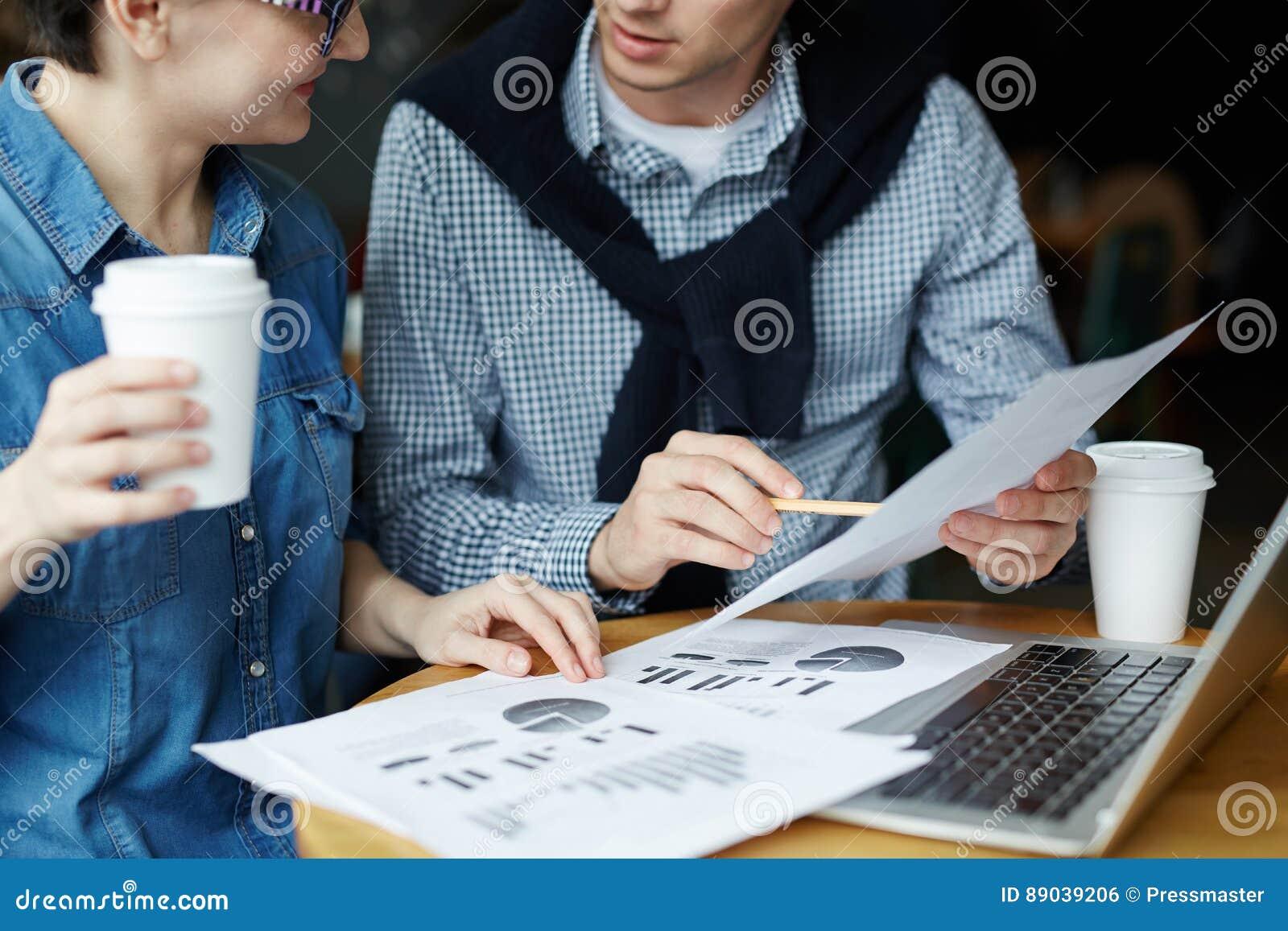 Παραγωγική συνεδρίαση στον άνετο καφέ