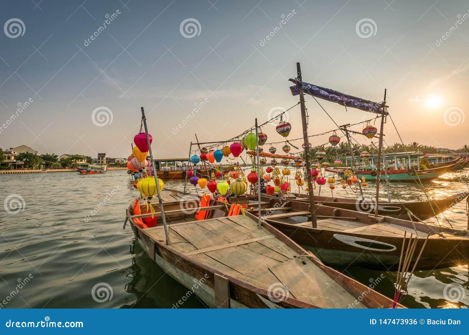 Παραδοσιακά ελαφριά φανάρια σε Hoi ένα τοπίο πόλεων στο ηλιοβασίλεμα, προορισμός ταξιδιού του Βιετνάμ