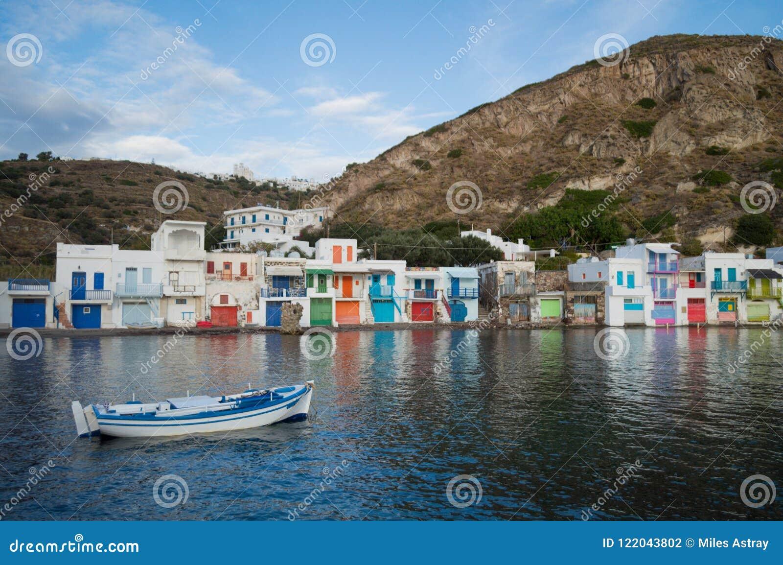 Παραδοσιακά ζωηρόχρωμα ελληνικά σπίτια ψαροχώρι σε Klima, Milo