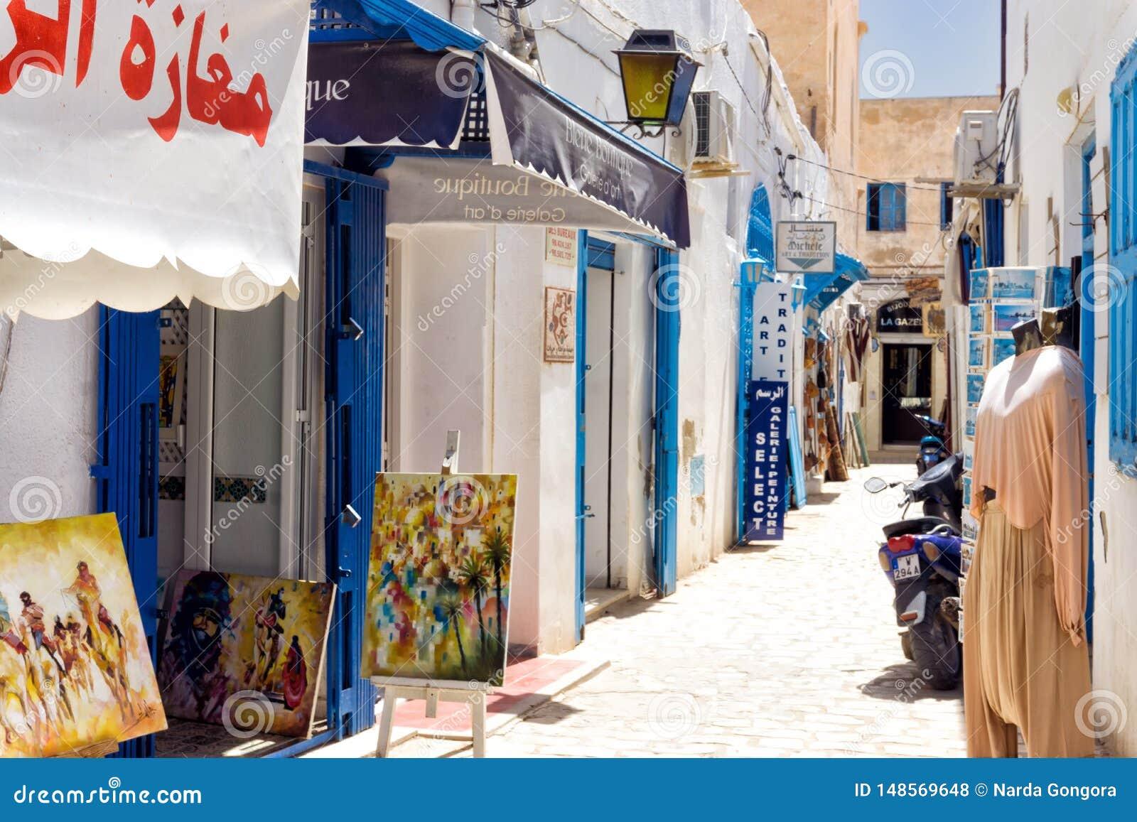 Παραδοσιακά καταστήματα στην αγορά Medina στο παζάρι Houmt EL σε Djerba, Τυνησία