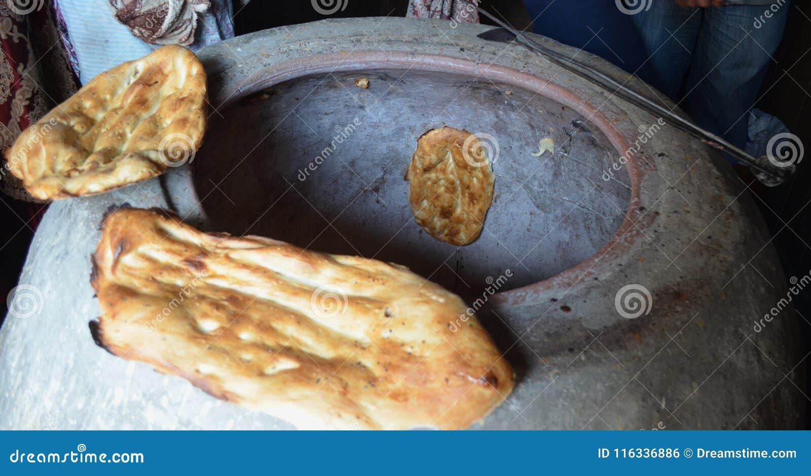 Παραδοσιακός τρόπος του Αζερμπαϊτζάν του ψωμιού ψησίματος lavash σε έναν φούρνο
