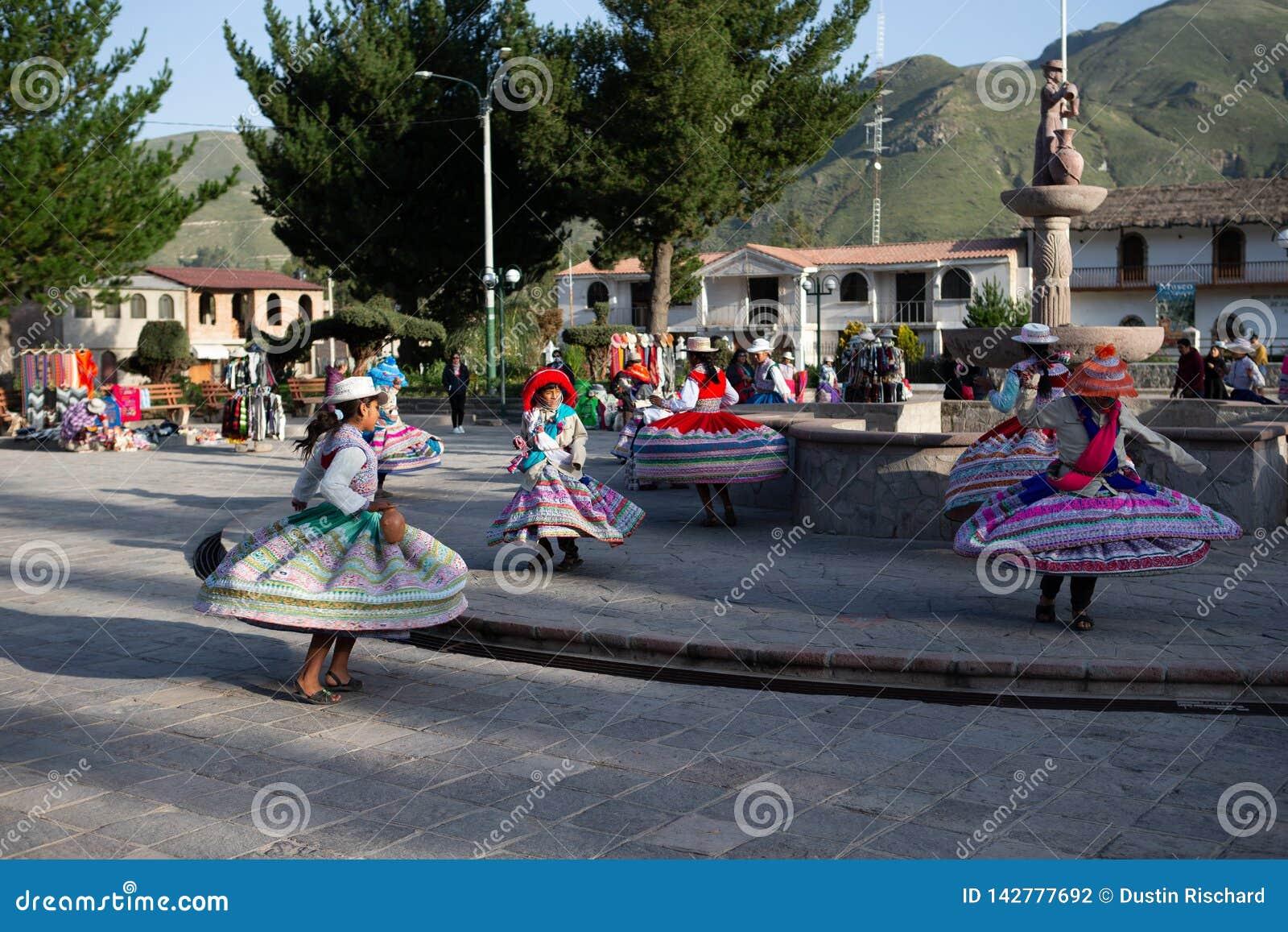 Παραδοσιακός χορός των νέων περουβιανών κοριτσιών σε Yanque, Arequia, Περού στο 21$ο του Μαρτίου του 2019