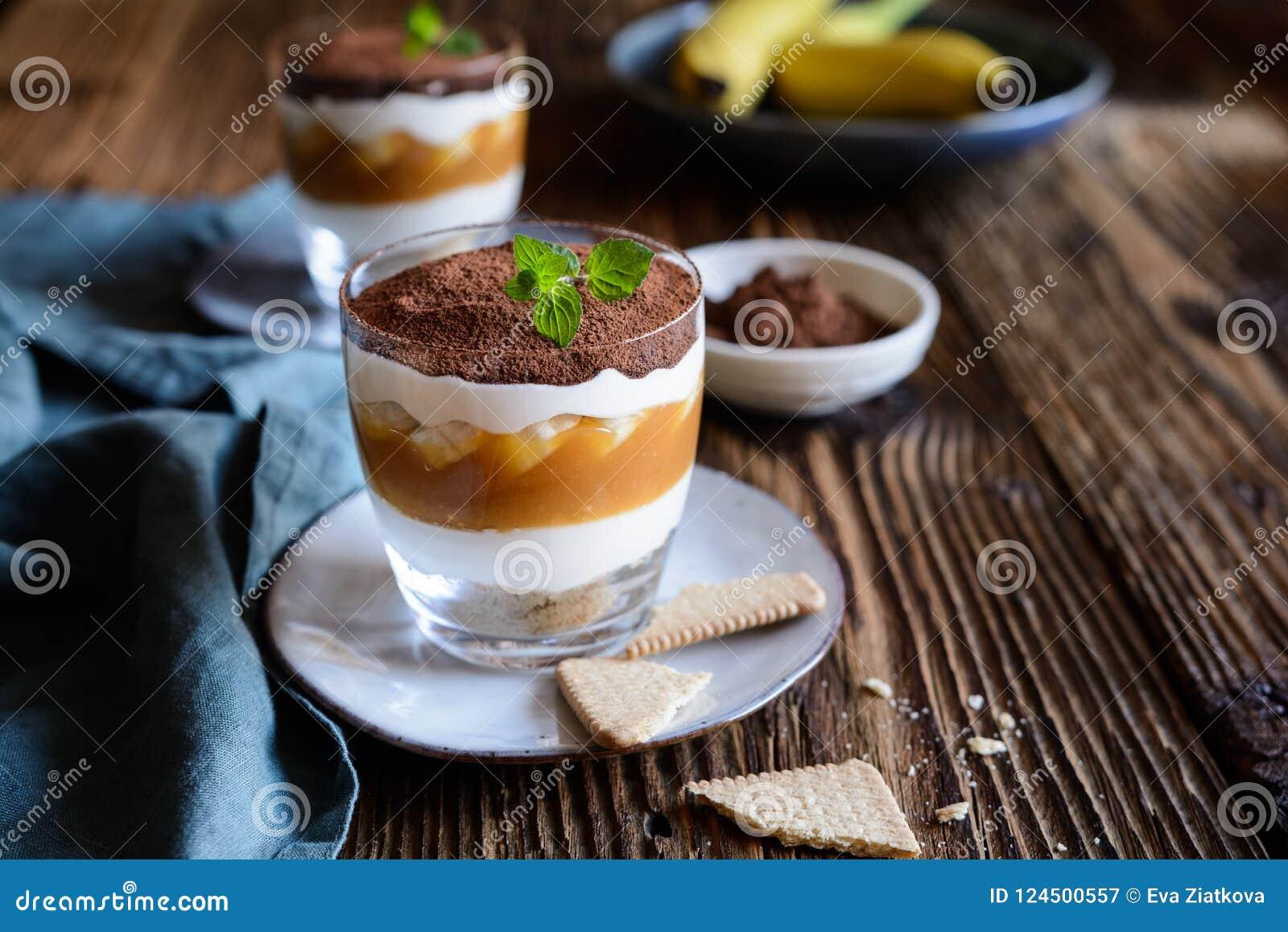Παραδοσιακό επιδόρπιο Banoffee με την καραμέλα, την μπανάνα, το μπισκότο cumbs και την κτυπημένη κρέμα