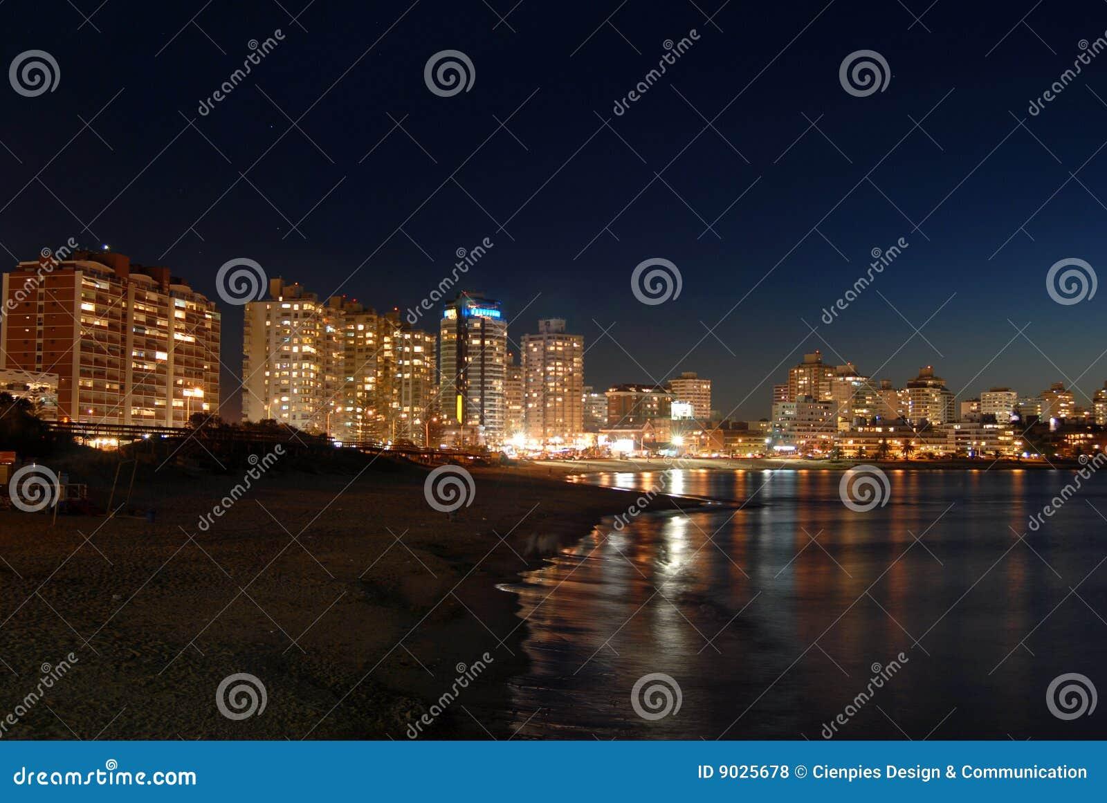 παραλία νύχτας κτηρίων