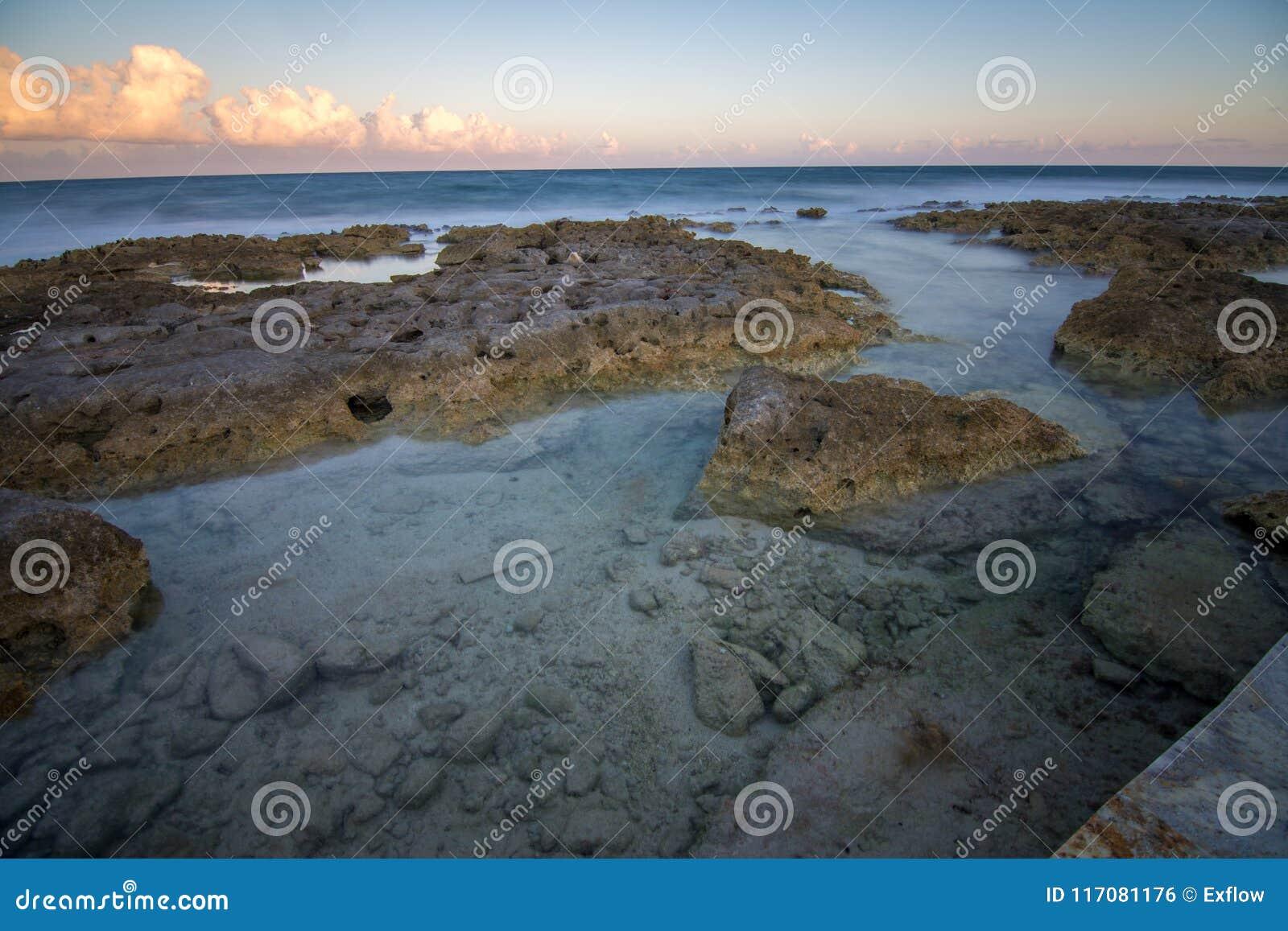 Παραλία στο riviera maya κοντά σε Cancun και Tulum στο Μεξικό σε έναν ηλιόλουστο