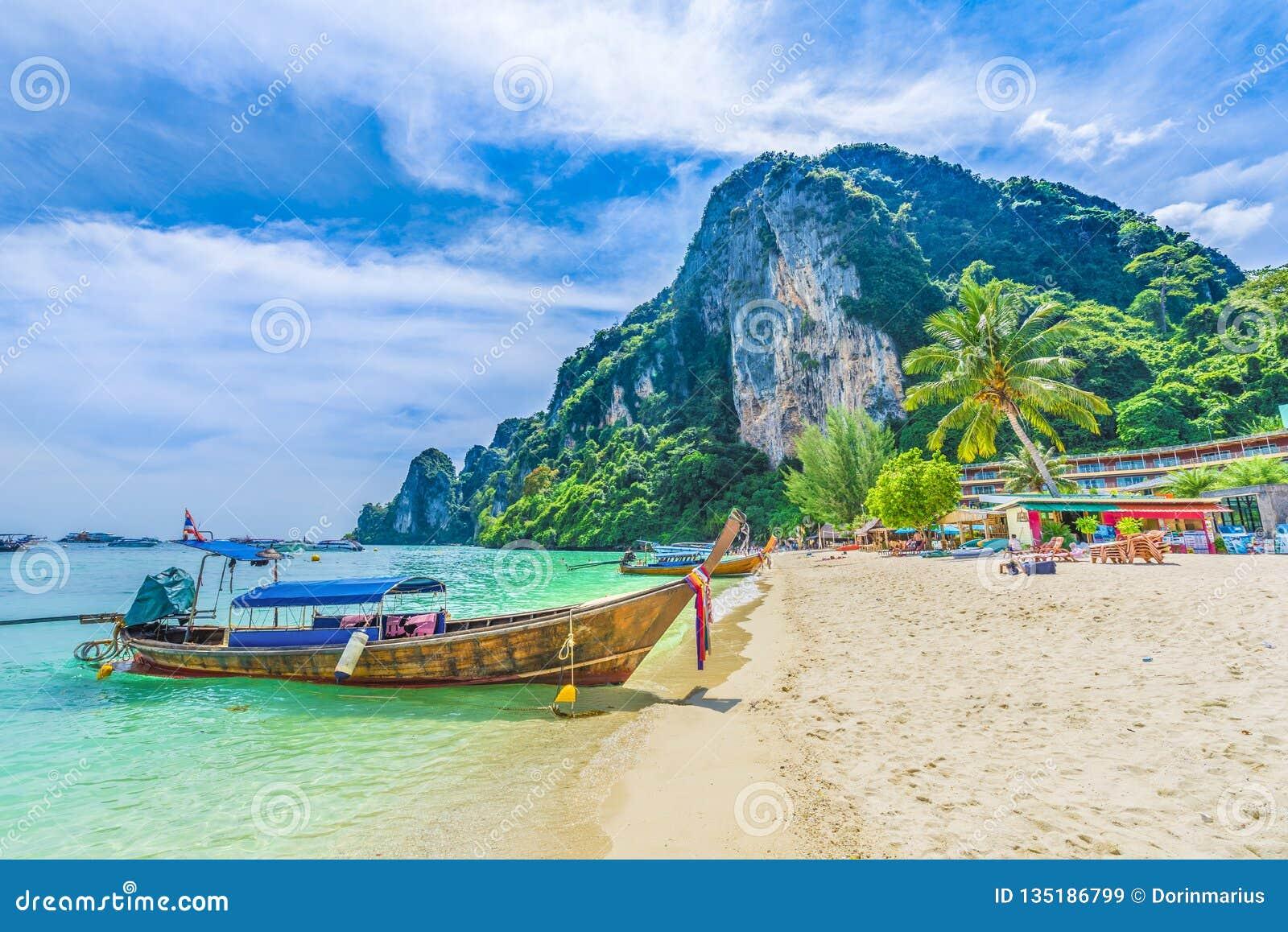 Παραλία Tonsai με τις παραδοσιακές βάρκες longtail που σταθμεύουν Phi Phi στο νησί, επαρχία Krabi, Θάλασσα Ανταμάν, Ταϊλάνδη