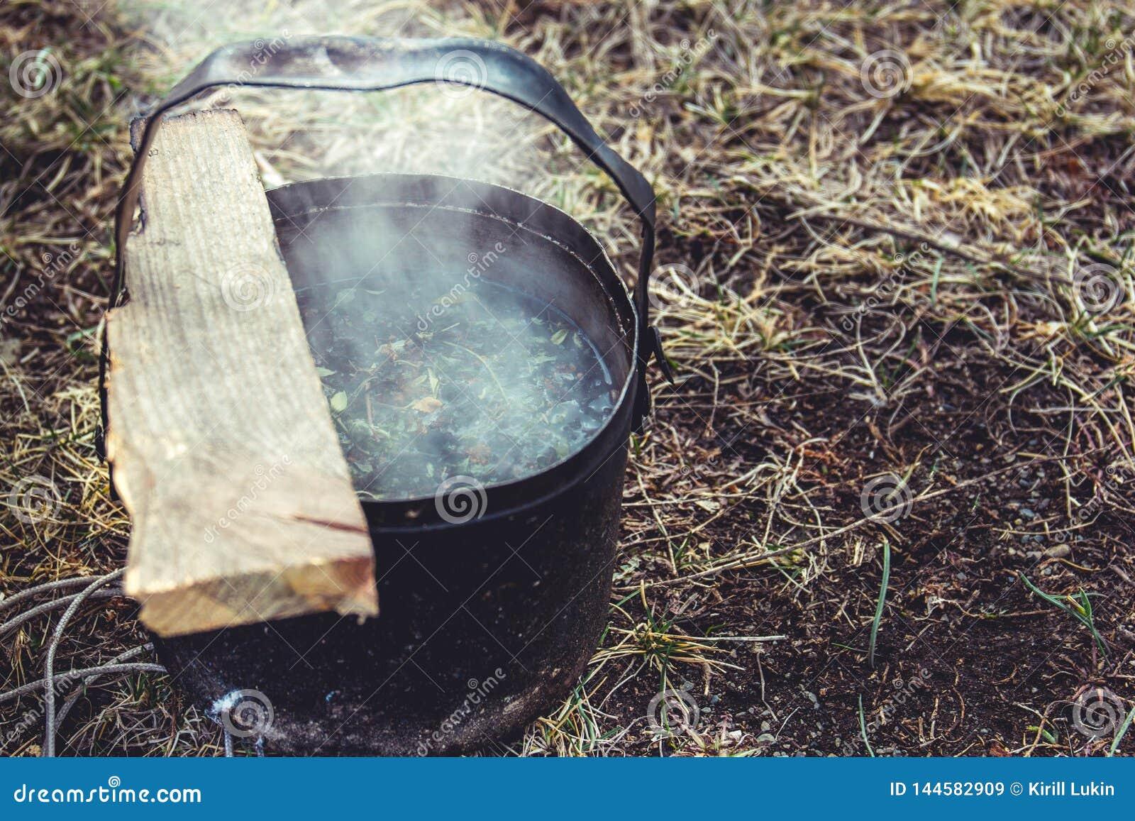 Παρασκευή τσαγιού σε ένα στρατόπεδο