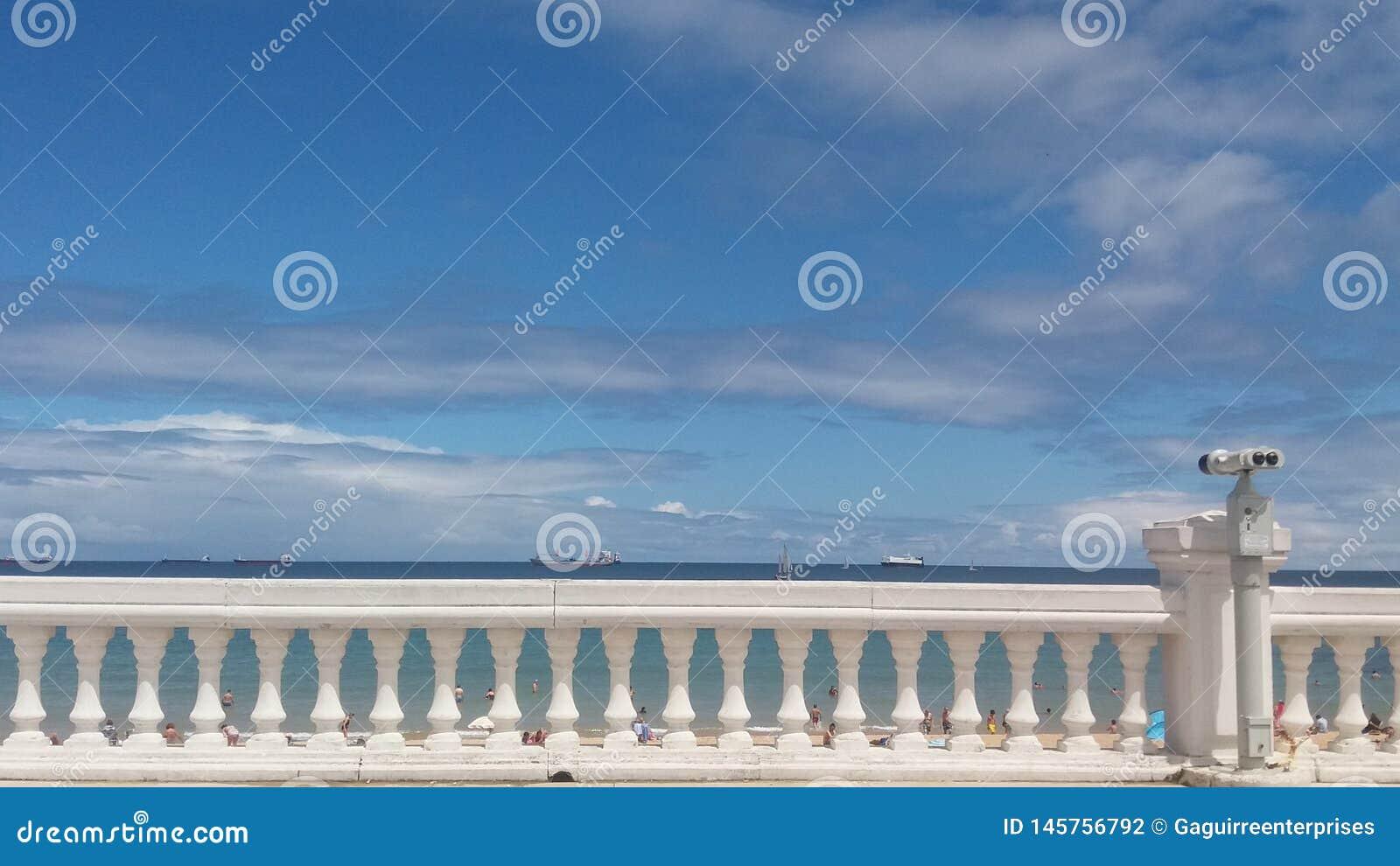 Παρατήρηση του ορίζοντα μεταξύ της θάλασσας και του μπλε ουρανού