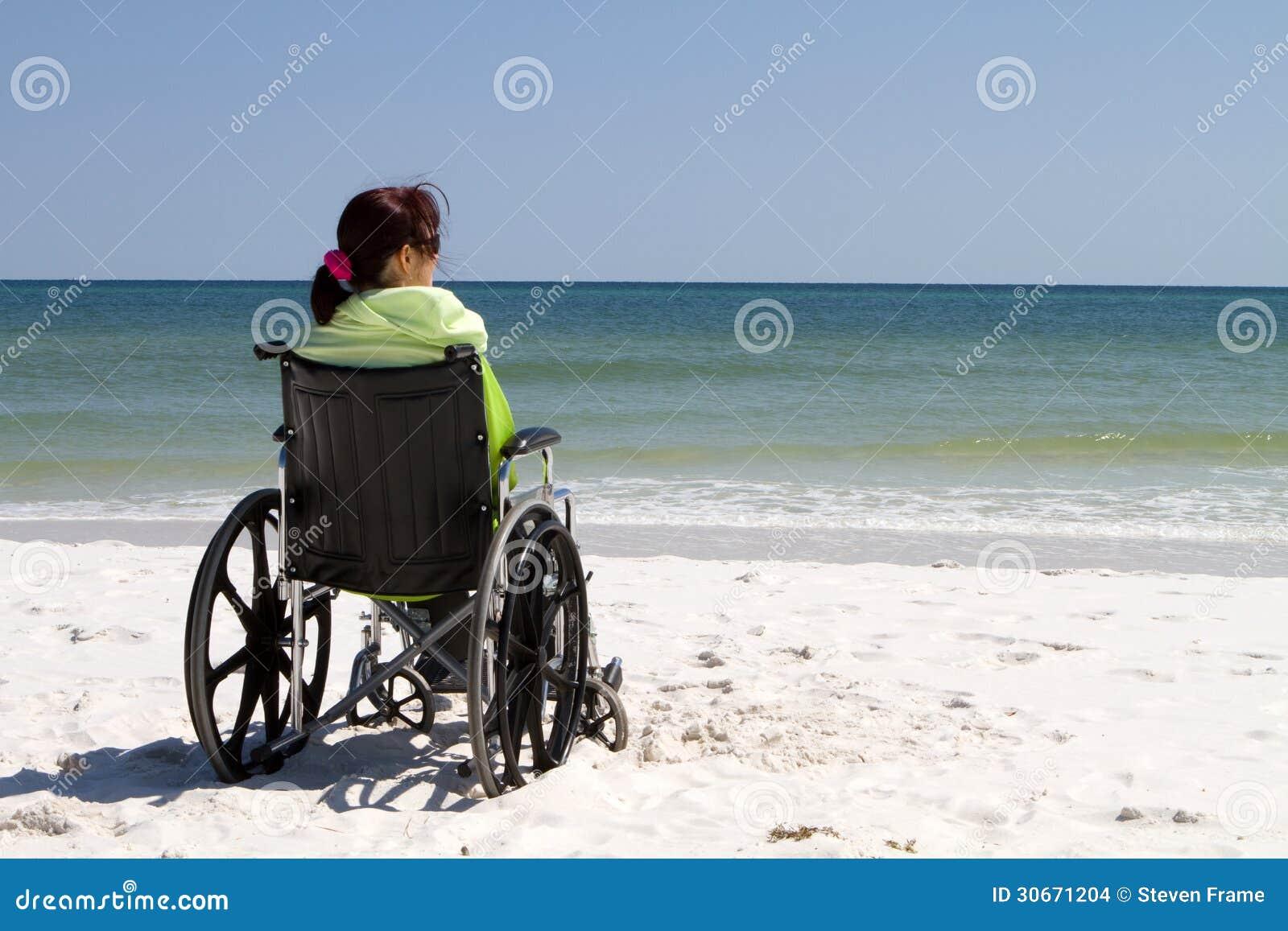 Παραλία αναπηρικών καρεκλών γυναικών