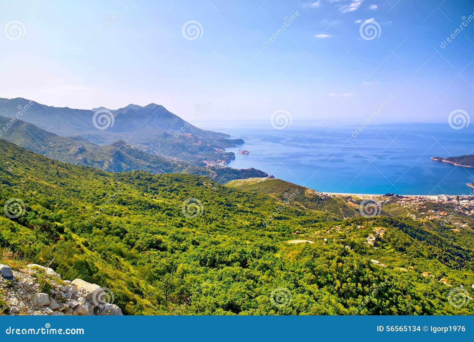 Download Παραλία πρωινού με τη θάλασσα και τις θέες βουνού Μαυροβούνιο Στοκ Εικόνες - εικόνα από έλατο, φυσικός: 56565134