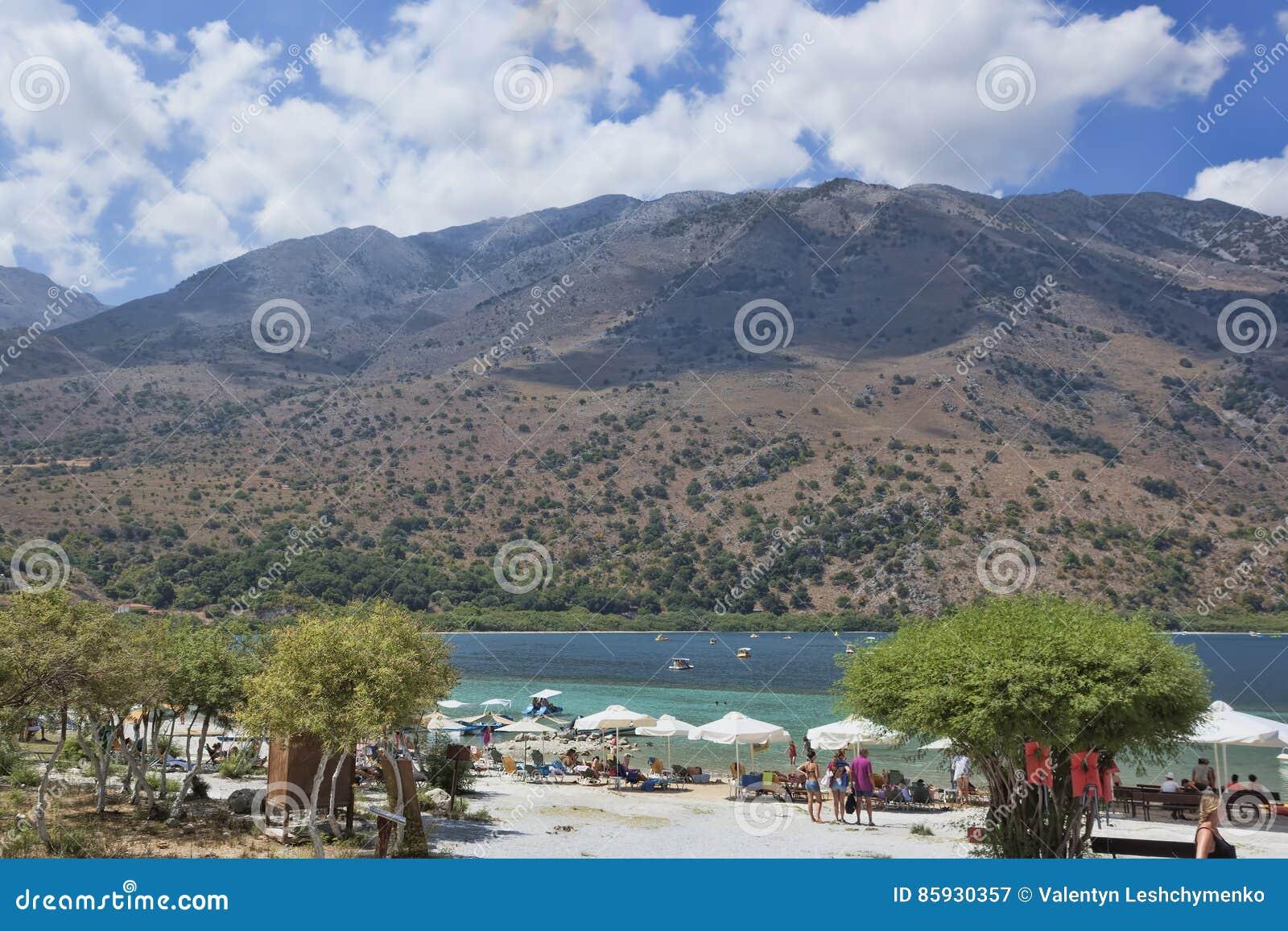 Παραλία στη λίμνη Kournas, η μεγαλύτερη του γλυκού νερού λίμνη στην Κρήτη
