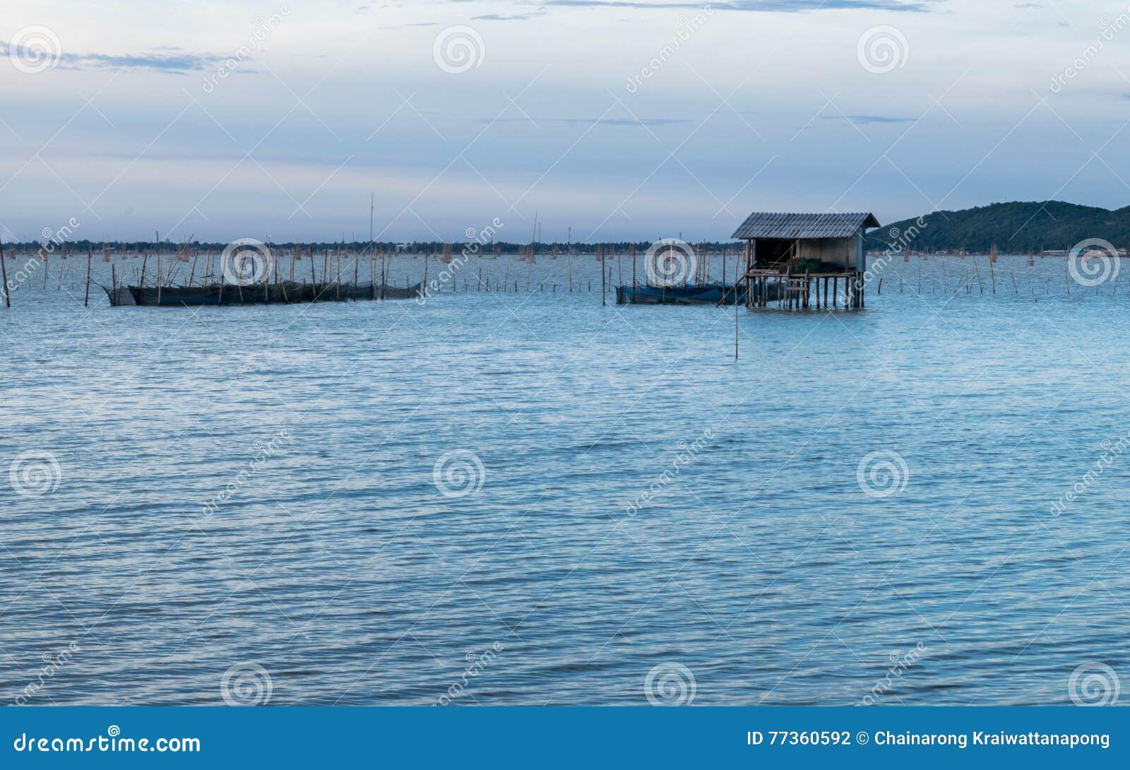 Παραδοσιακά ξύλινα σπίτια ψαράδων στη λίμνη Songkhla, Ταϊλάνδη