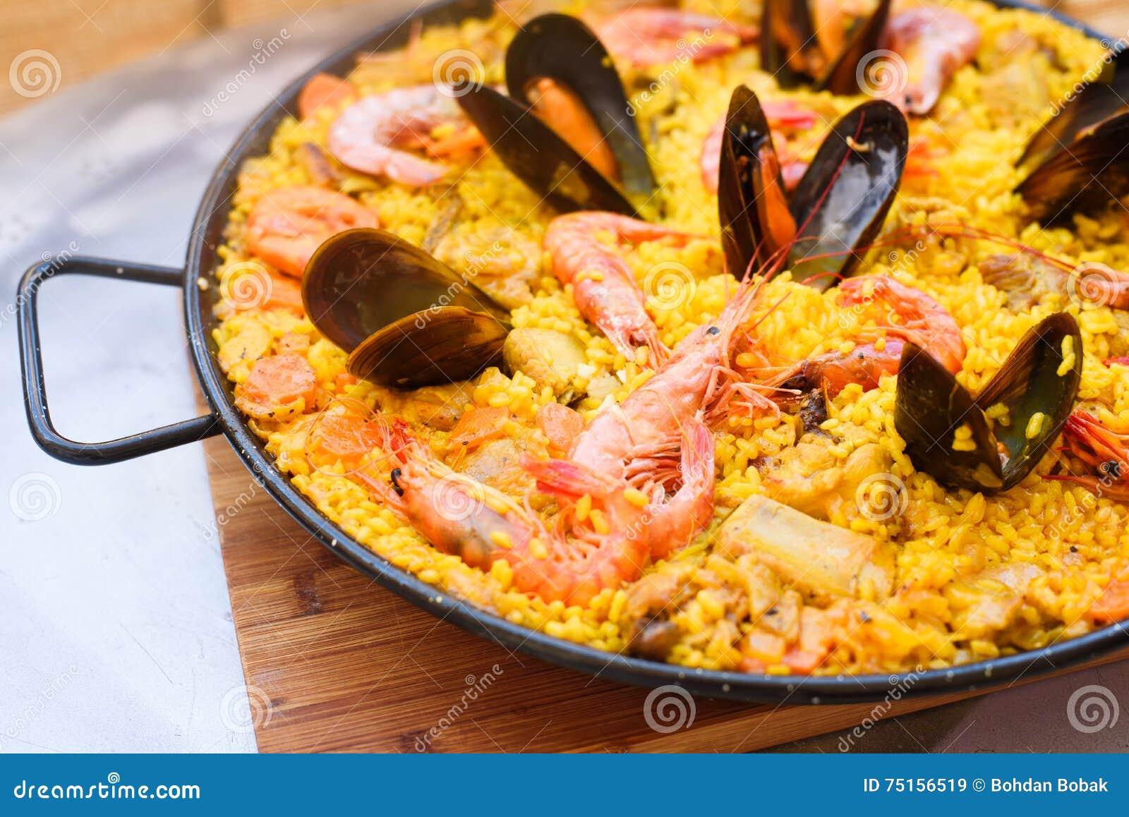 Παραδοσιακό ισπανικό paella πιάτων με τις γαρίδες και τα μύδια