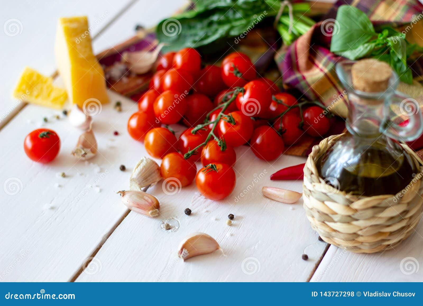 Παρμεζάνα, ντομάτες, ελαιόλαδο και άλλα συστατικά για τη σάλτσα σαλάτας Άσπρη ανασκόπηση