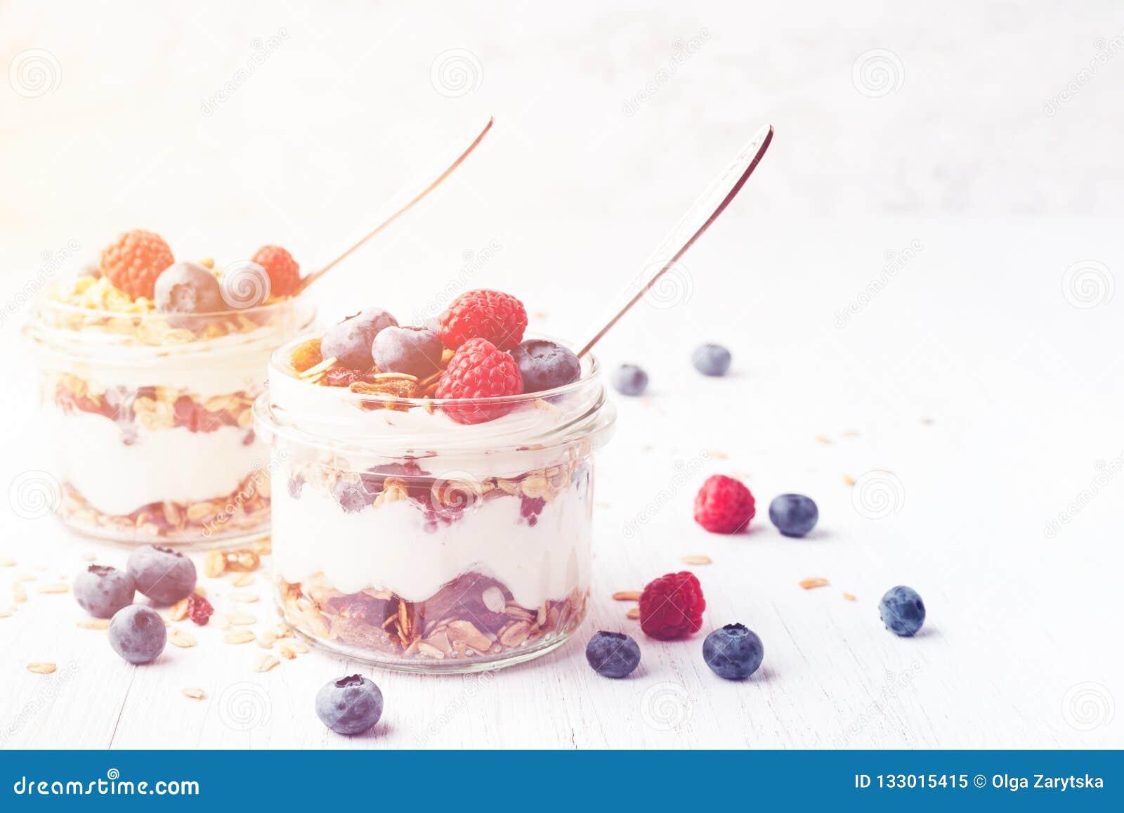 Παρφαί με το granola, τα μούρα και το γιαούρτι στα βάζα