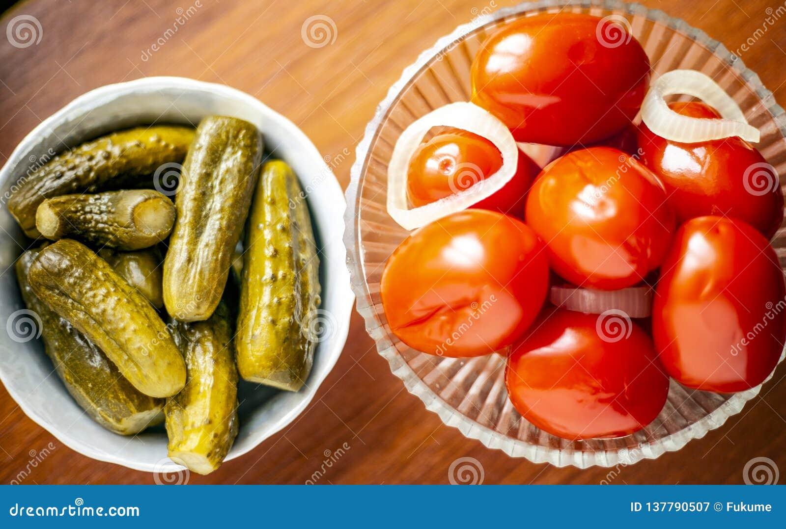 Παστωμένες ντομάτες και παστωμένα αγγούρια