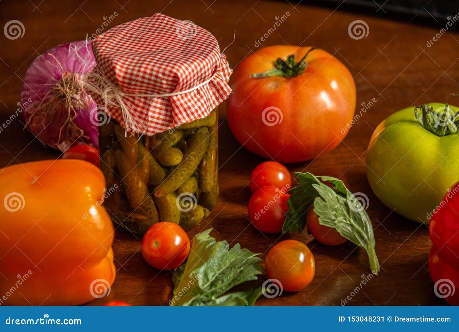 Παστωμένος και λαχανικά όπως τις ντομάτες, ντομάτες κερασιών