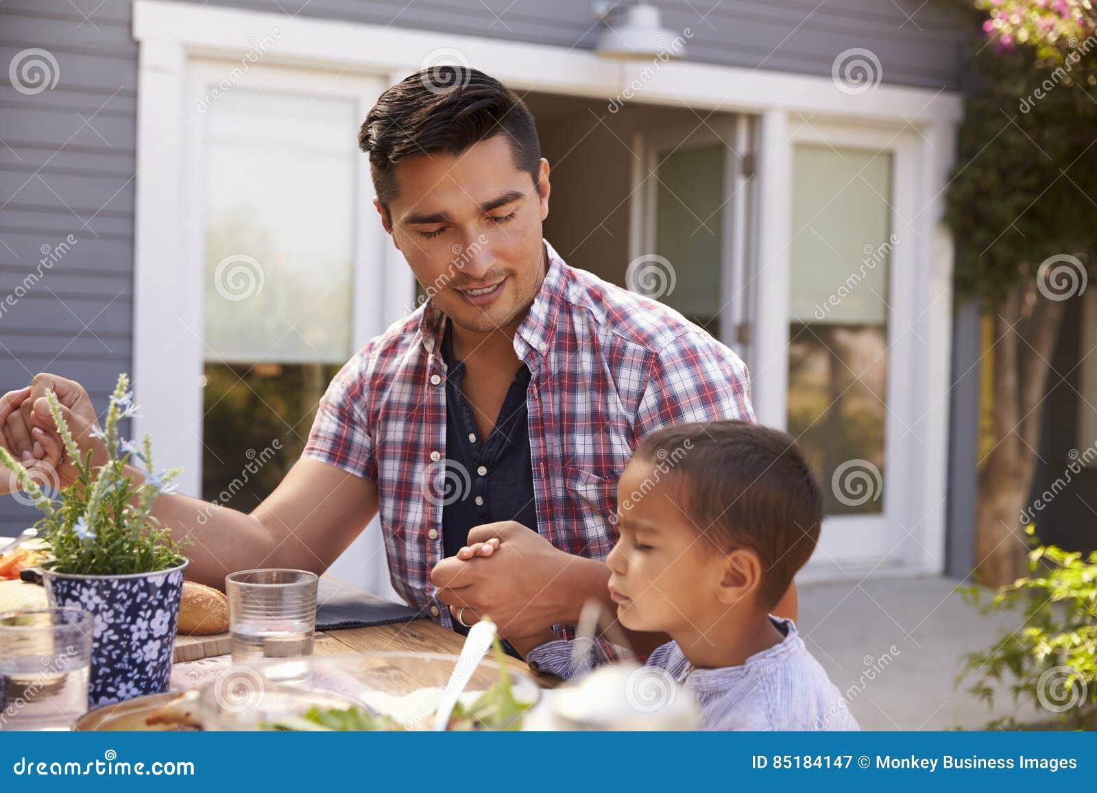 Πατέρας και γιος που λένε τη Grace πριν από το υπαίθριο γεύμα στον κήπο
