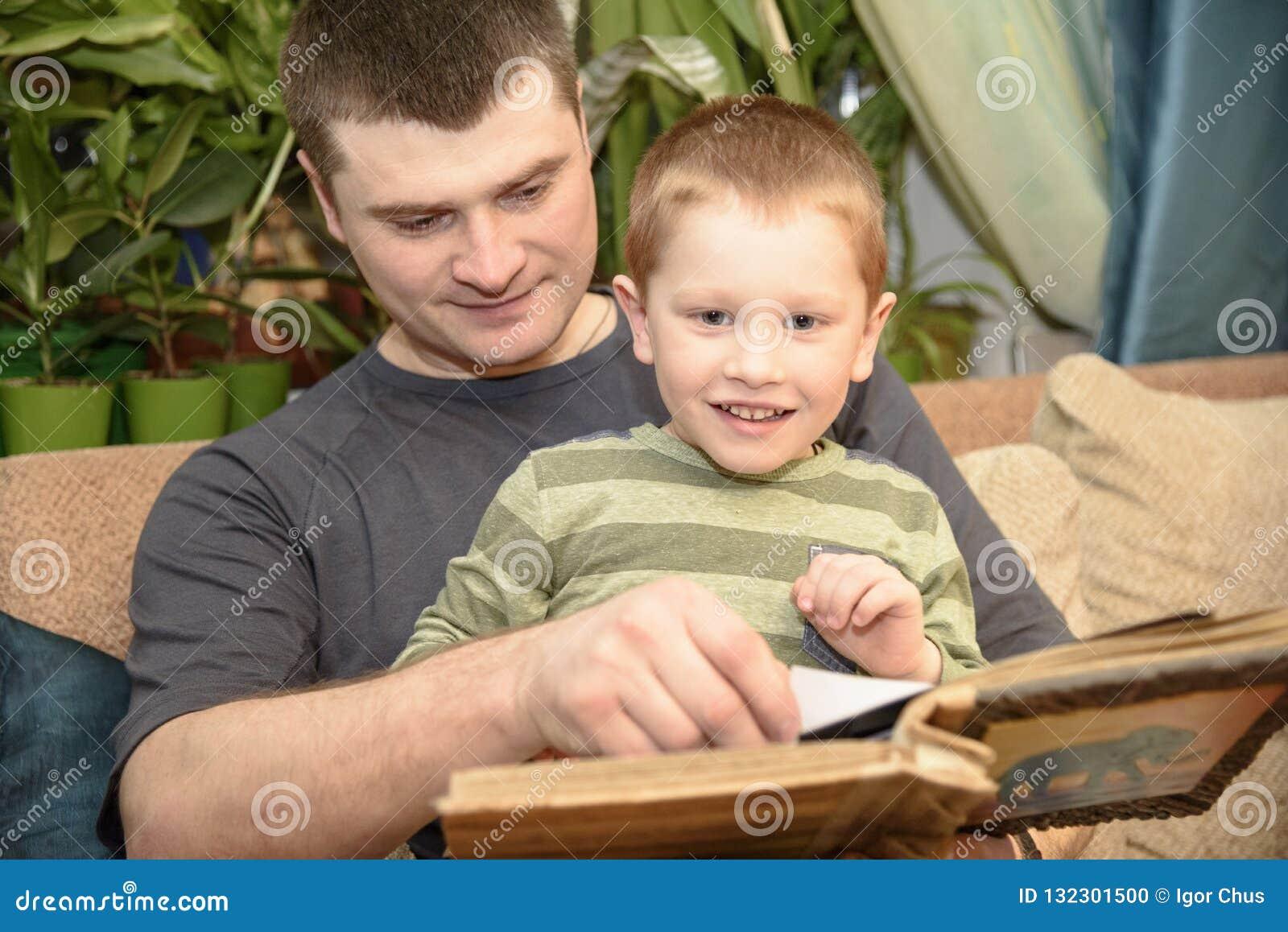 Πατέρας και γιος που προσέχουν ένα λεύκωμα οικογενειακών φωτογραφιών, Ukreina