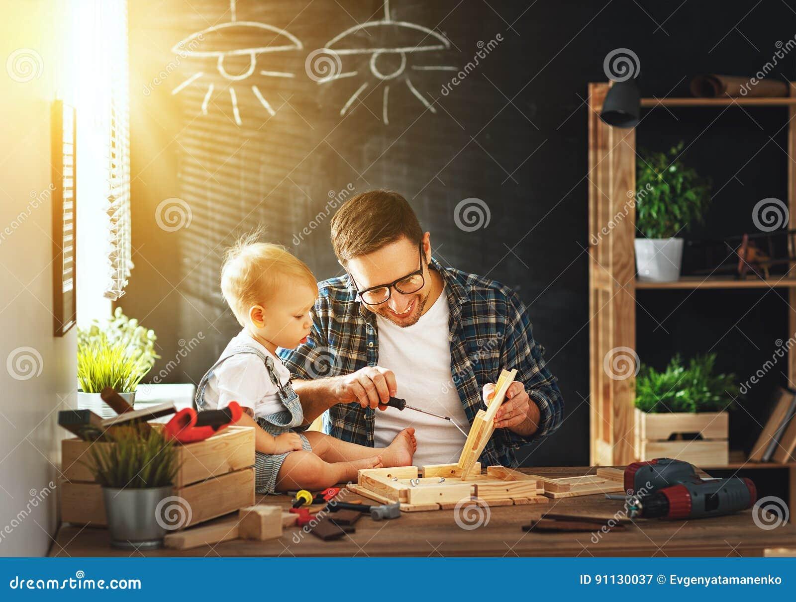 Πατέρας και γιος που χαράζονται του ξύλου στο εργαστήριο ξυλουργικής