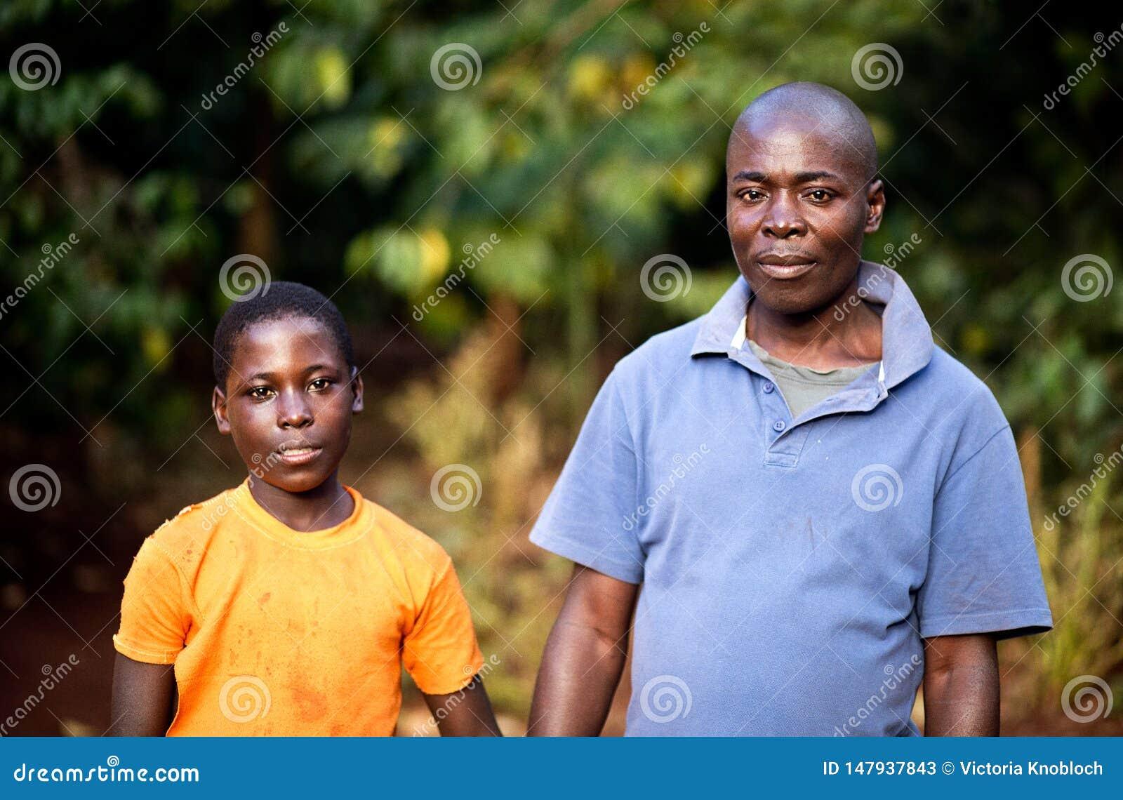 Πατέρας και γιος σε ένα χωριό στην Ουγκάντα