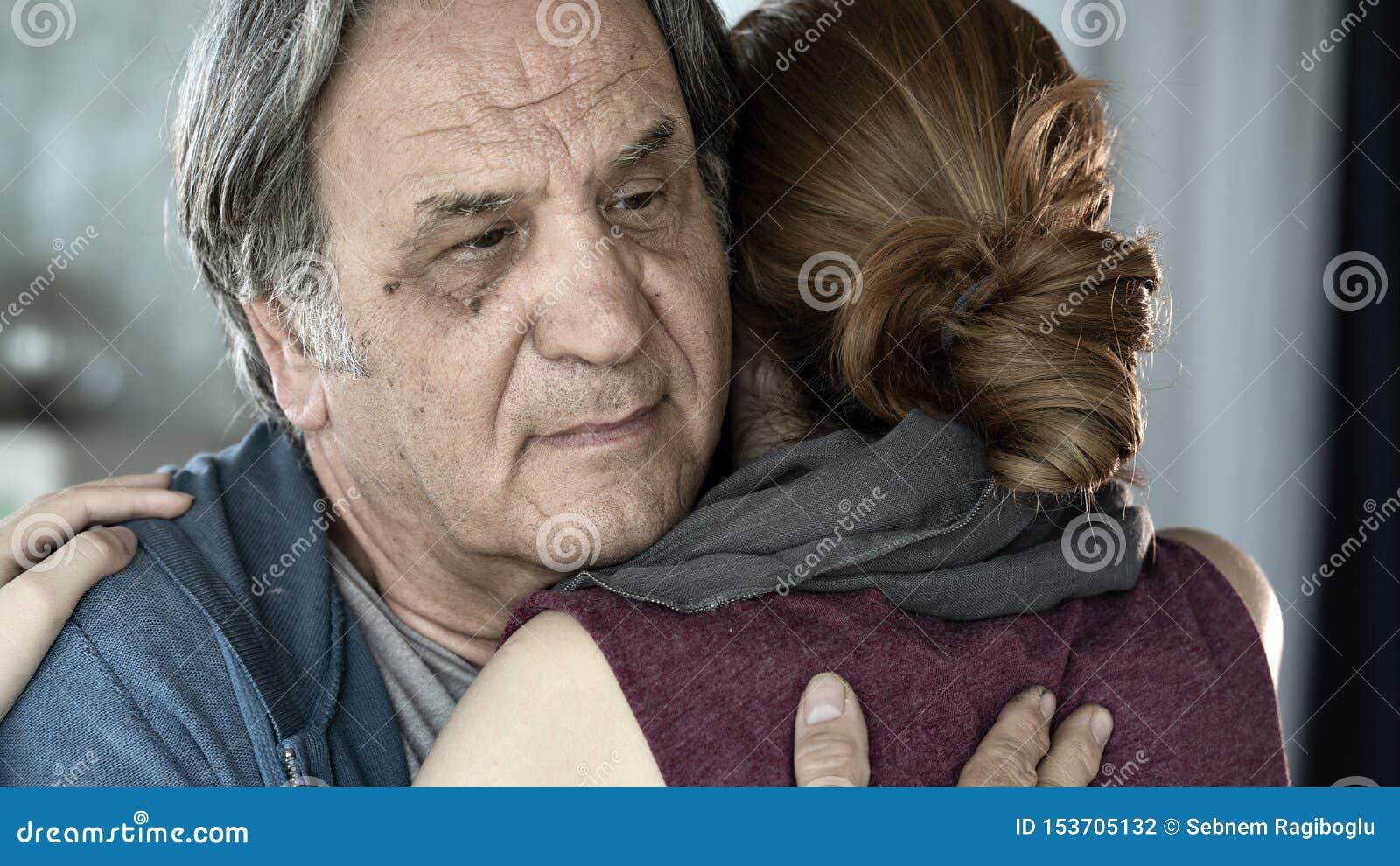 Πατέρας και κόρη που αγκαλιάζουν τη στενή επάνω άποψη