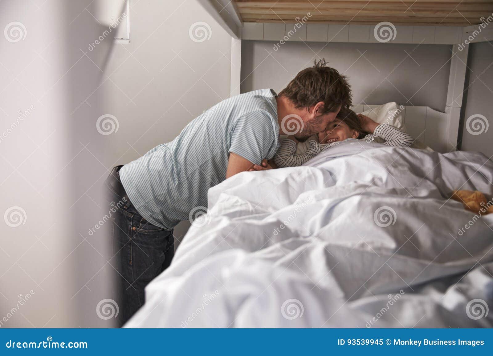 Πατέρας που λέει Goodnight στην κόρη στην ώρα για ύπνο