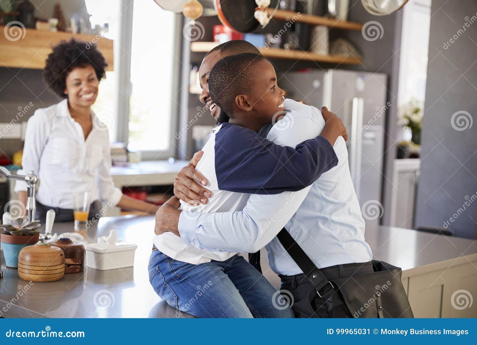 Πατέρας που λέει αντίο στο γιο όπως φεύγει για την εργασία