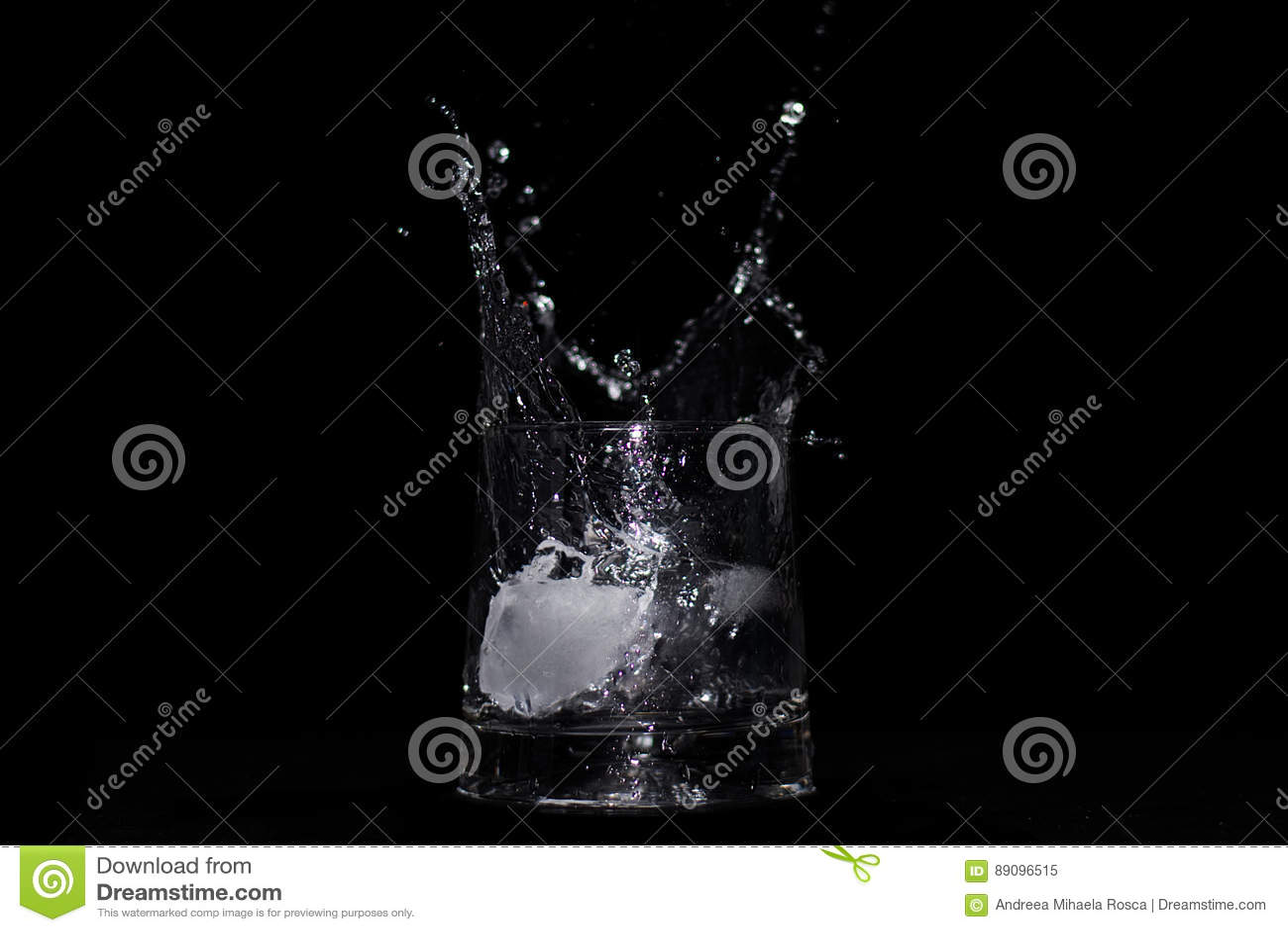 Παφλασμός νερού στο γυαλί που κεντροθετείται