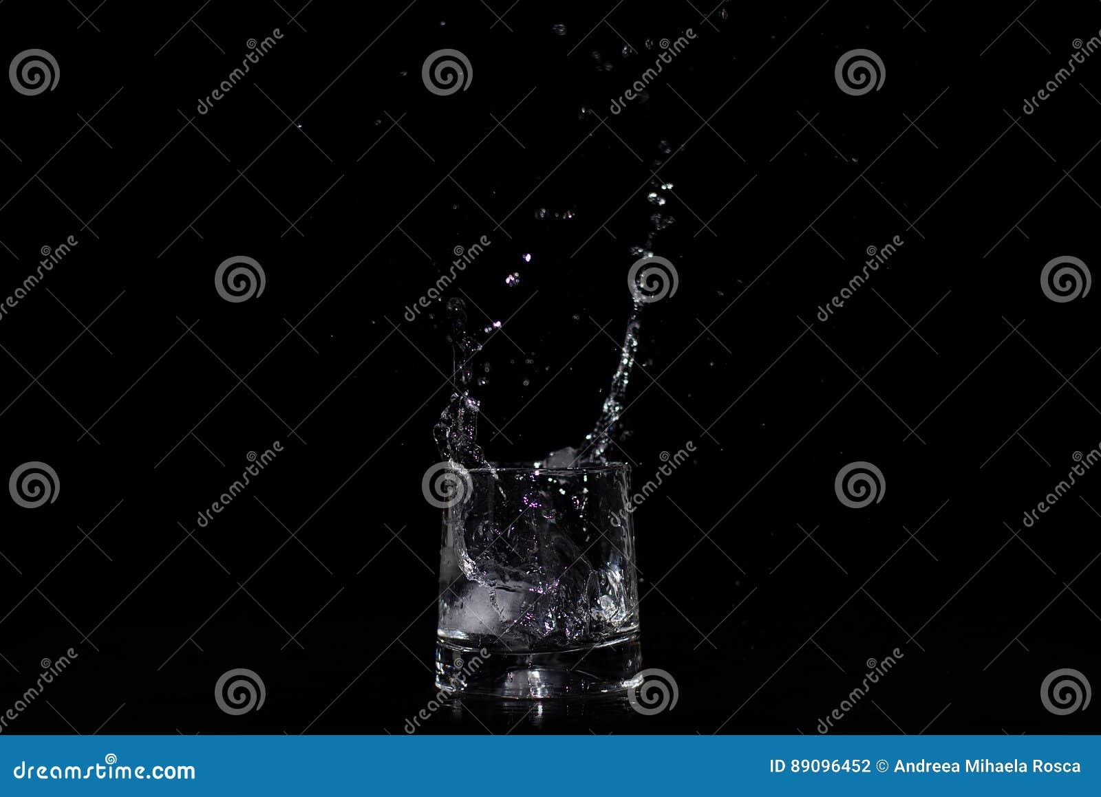 Παφλασμός νερού στο γυαλί