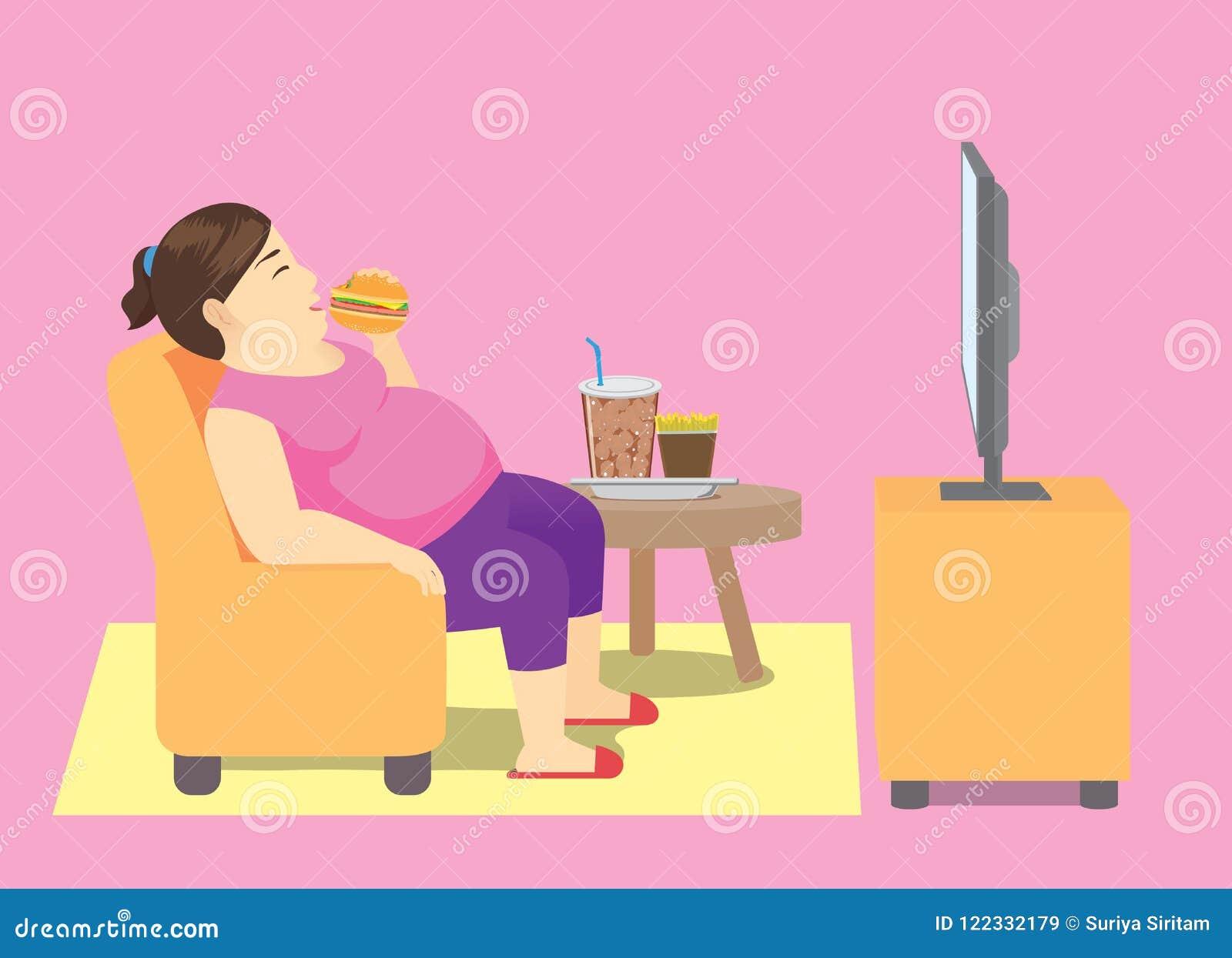 Παχιά γυναίκα που τρώει το γρήγορο φαγητό στον καναπέ και που προσέχει τη TV