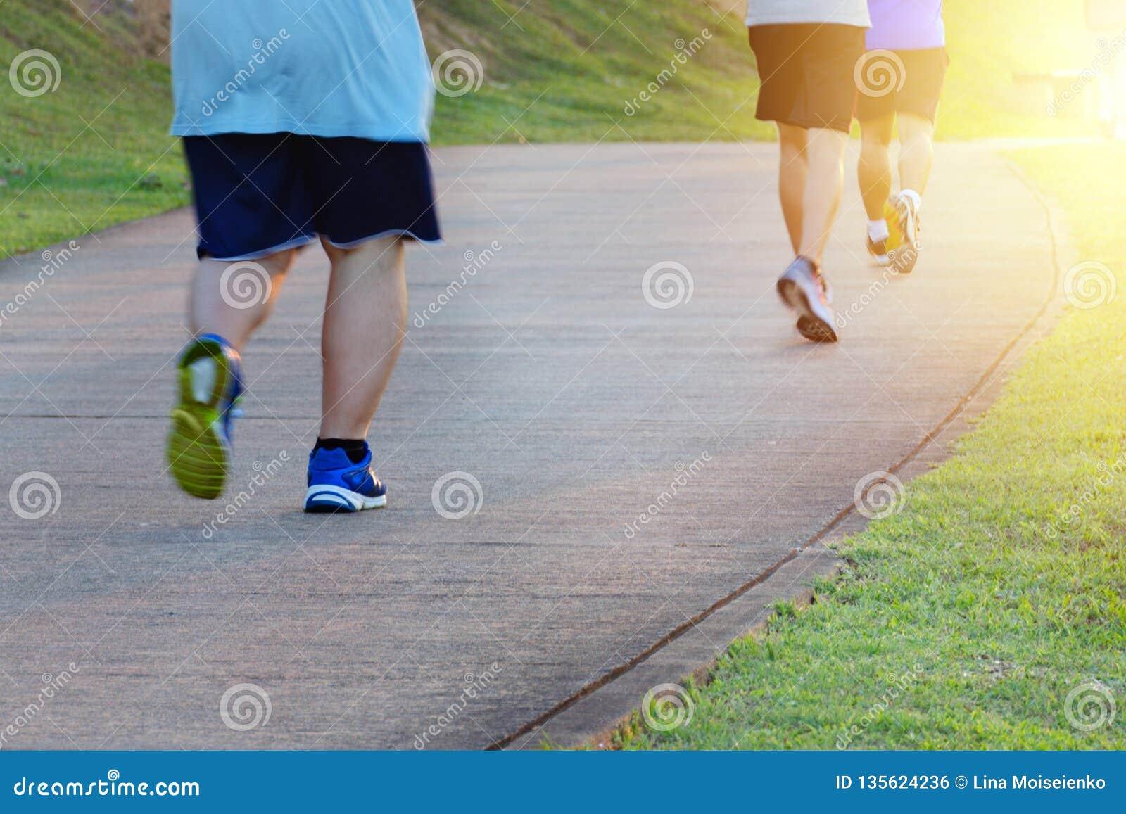 Παχύ ατόμων, που προφθάνει τα λεπτά άτομα Ικανότητα και υγιής τρόπος ζωής, υπαίθρια αθλητική δραστηριότητα