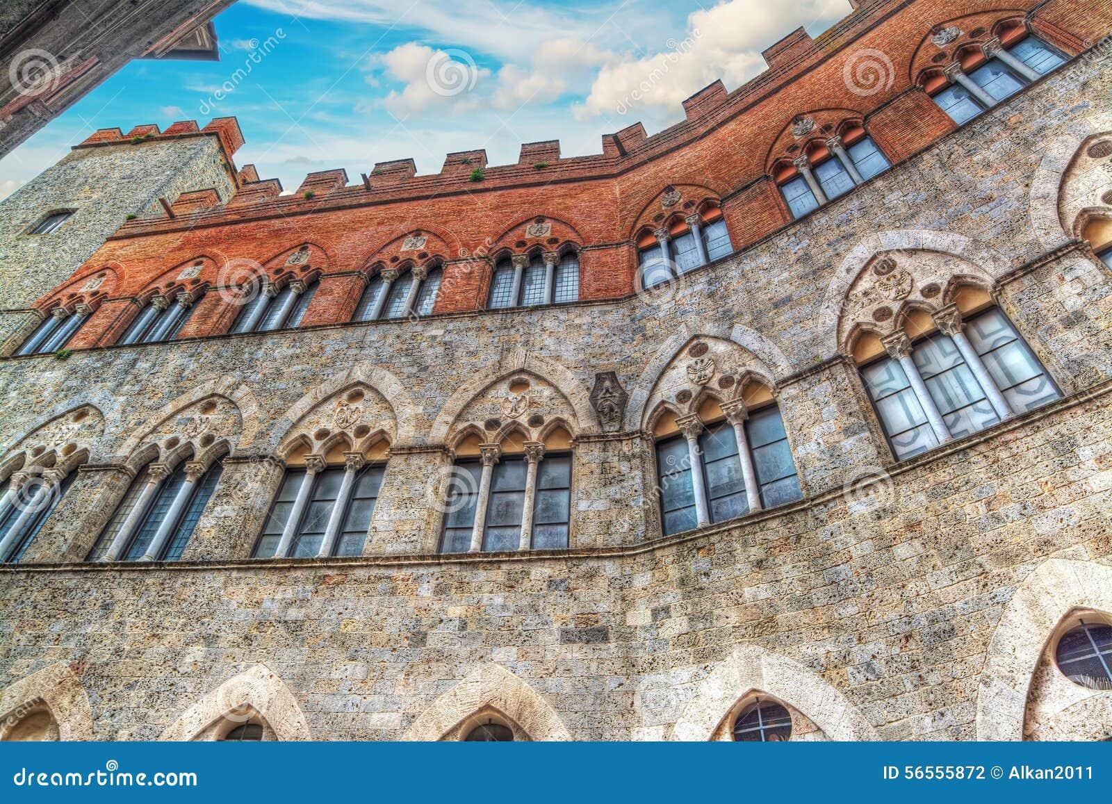 Παλάτι chigi-Zondadari στη Σιένα κάτω από έναν μπλε ουρανό