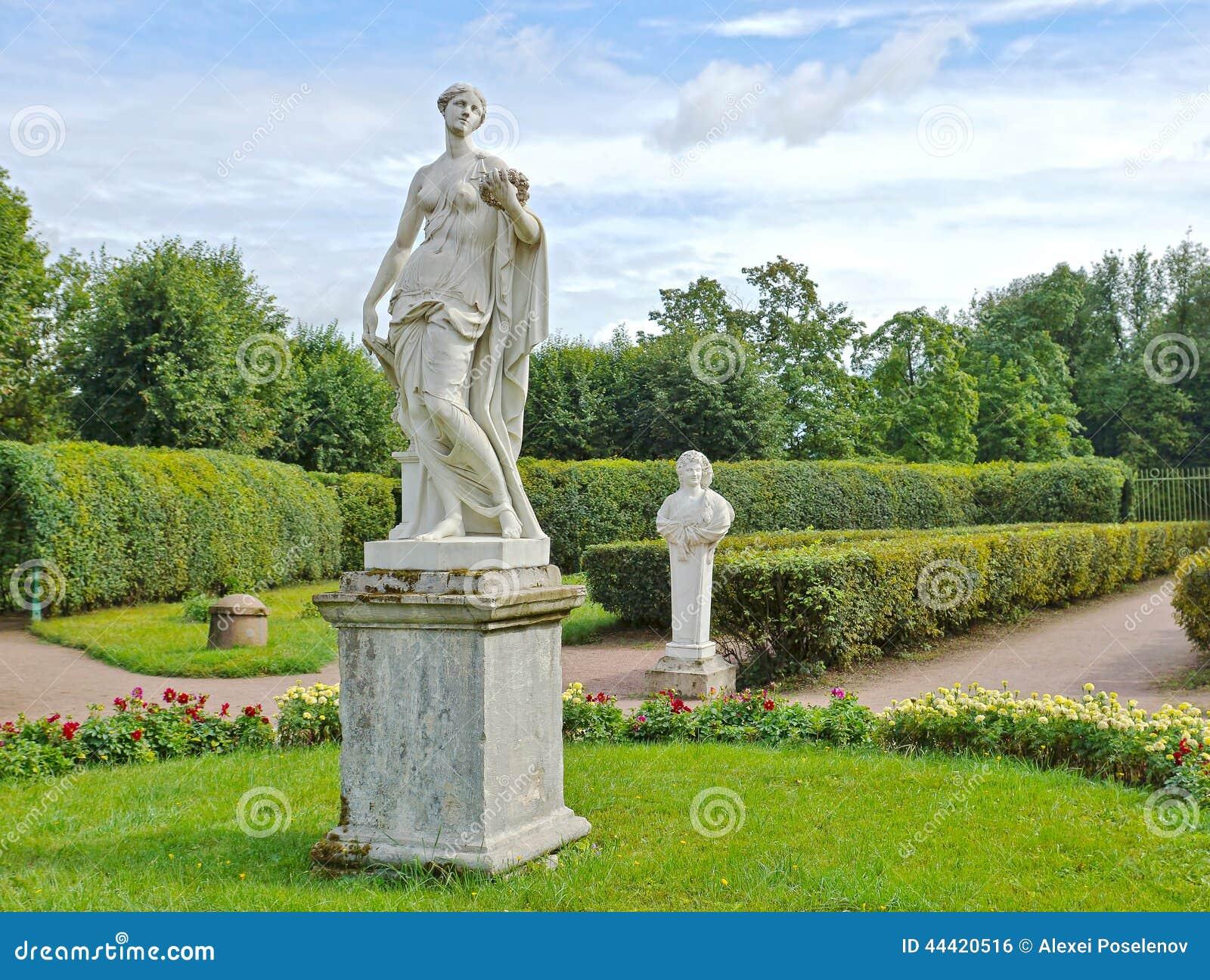 Παλαιά αγάλματα στον κήπο λουλουδιών