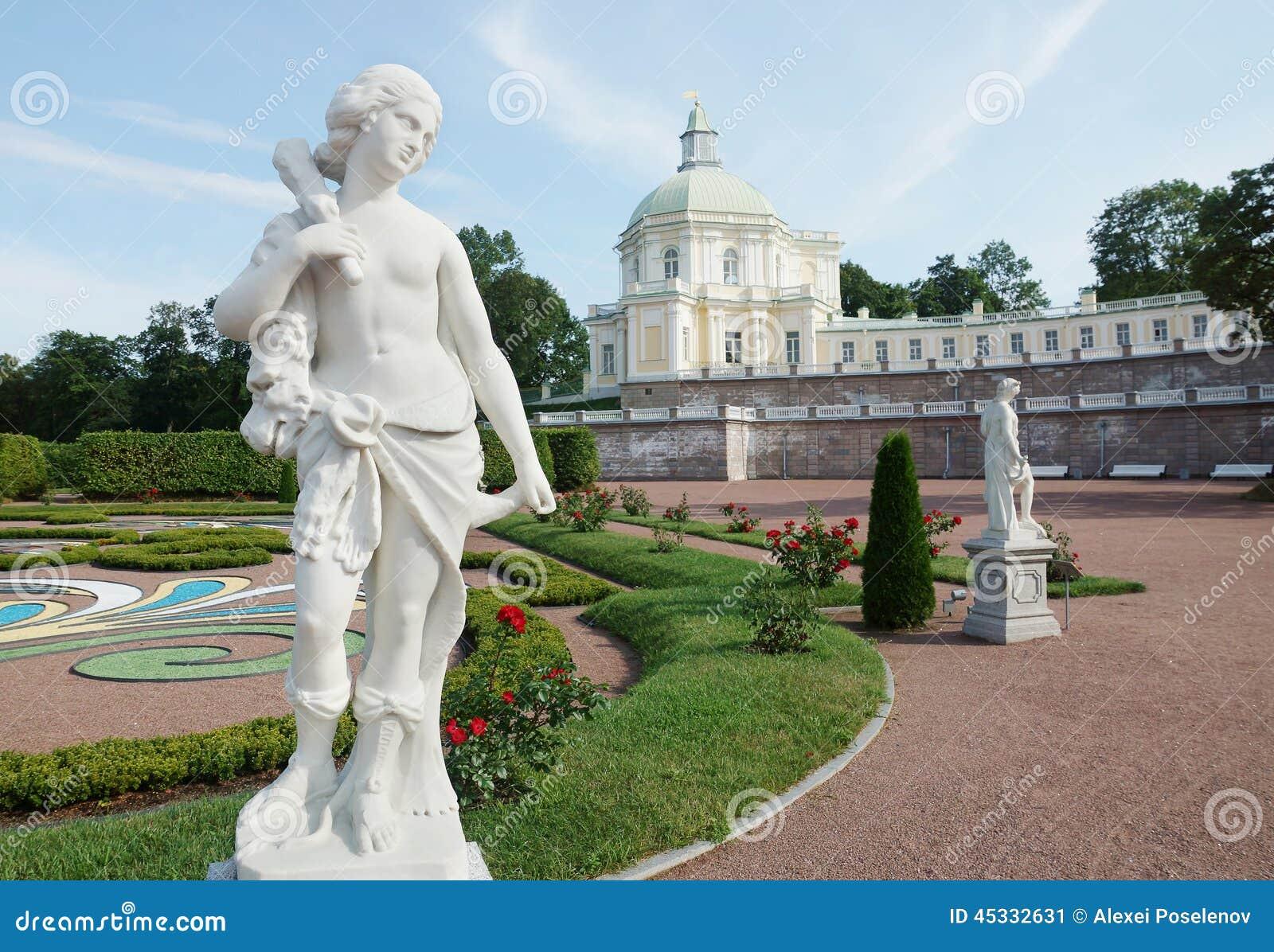 Παλαιά αγάλματα στον κήπο παλατιών σε Oranienbaum