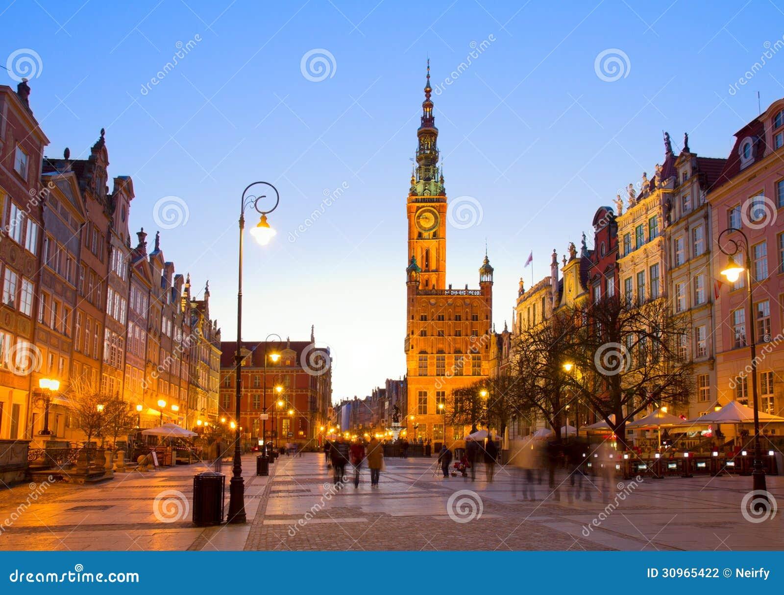 Παλαιά κωμόπολη του Γντανσκ με την αίθουσα πόλεων τη νύχτα