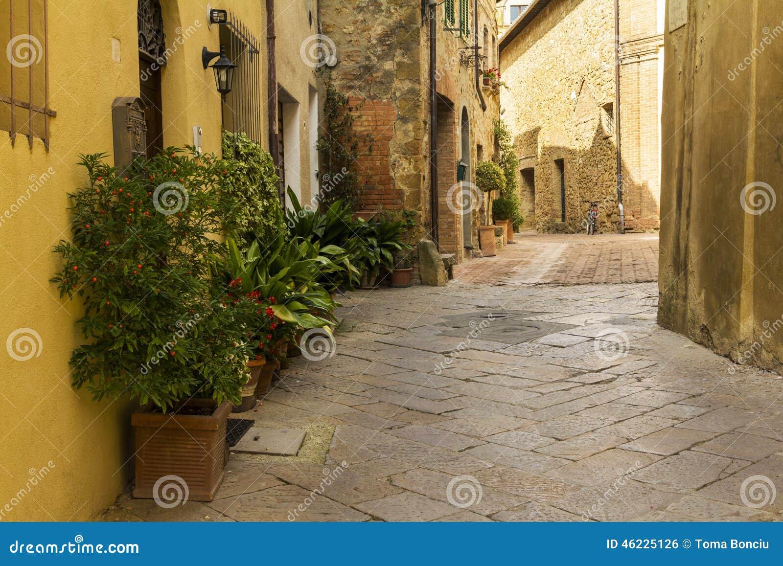 Παλαιά πόλης αλέα στην Τοσκάνη