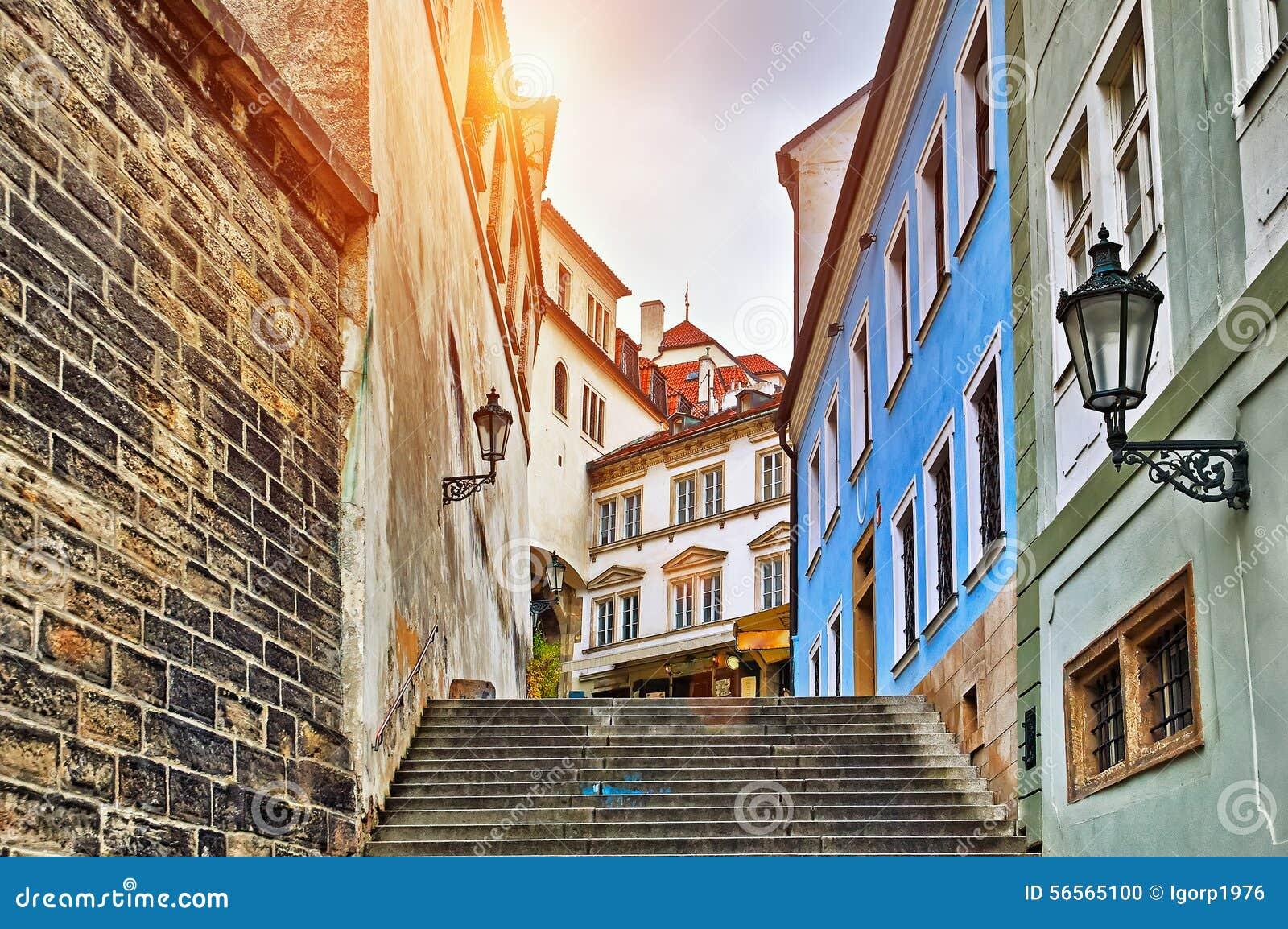 Download Παλαιά πόλης οδός στην Πράγα Στοκ Εικόνες - εικόνα από τοπίο, πέτρα: 56565100