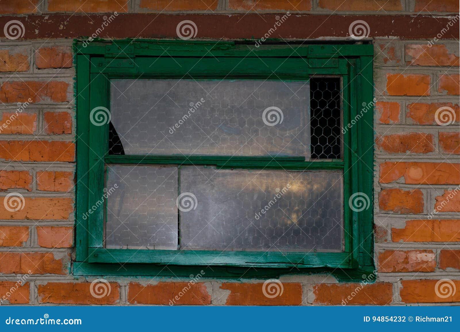 Παλαιά σιταποθήκη με ένα εκλεκτής ποιότητας ξύλινο παράθυρο