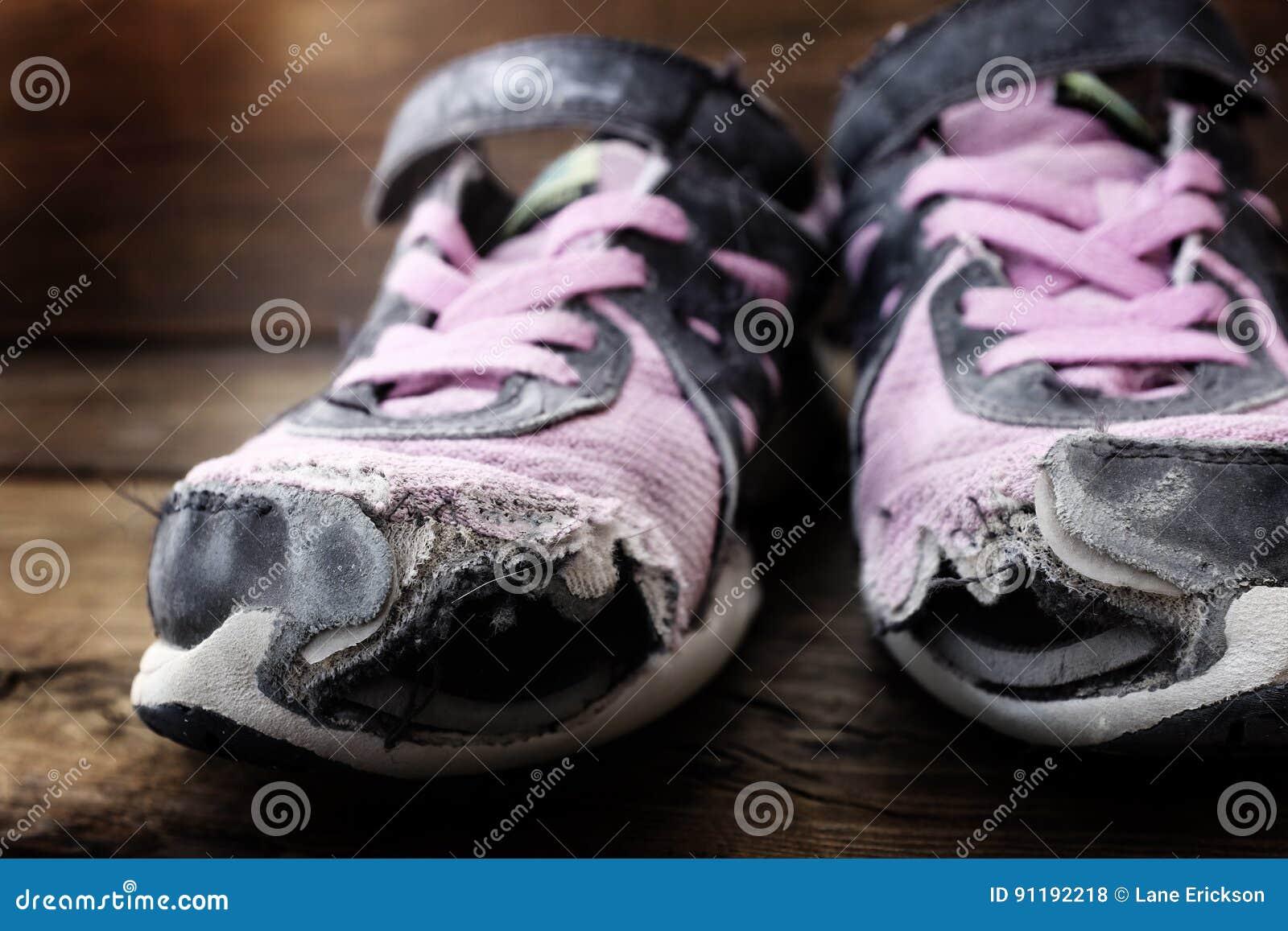 c3d30cc76da Παλαιά φθαρμένα παπούτσια με τις τρύπες Στοκ Εικόνες - εικόνα από ...